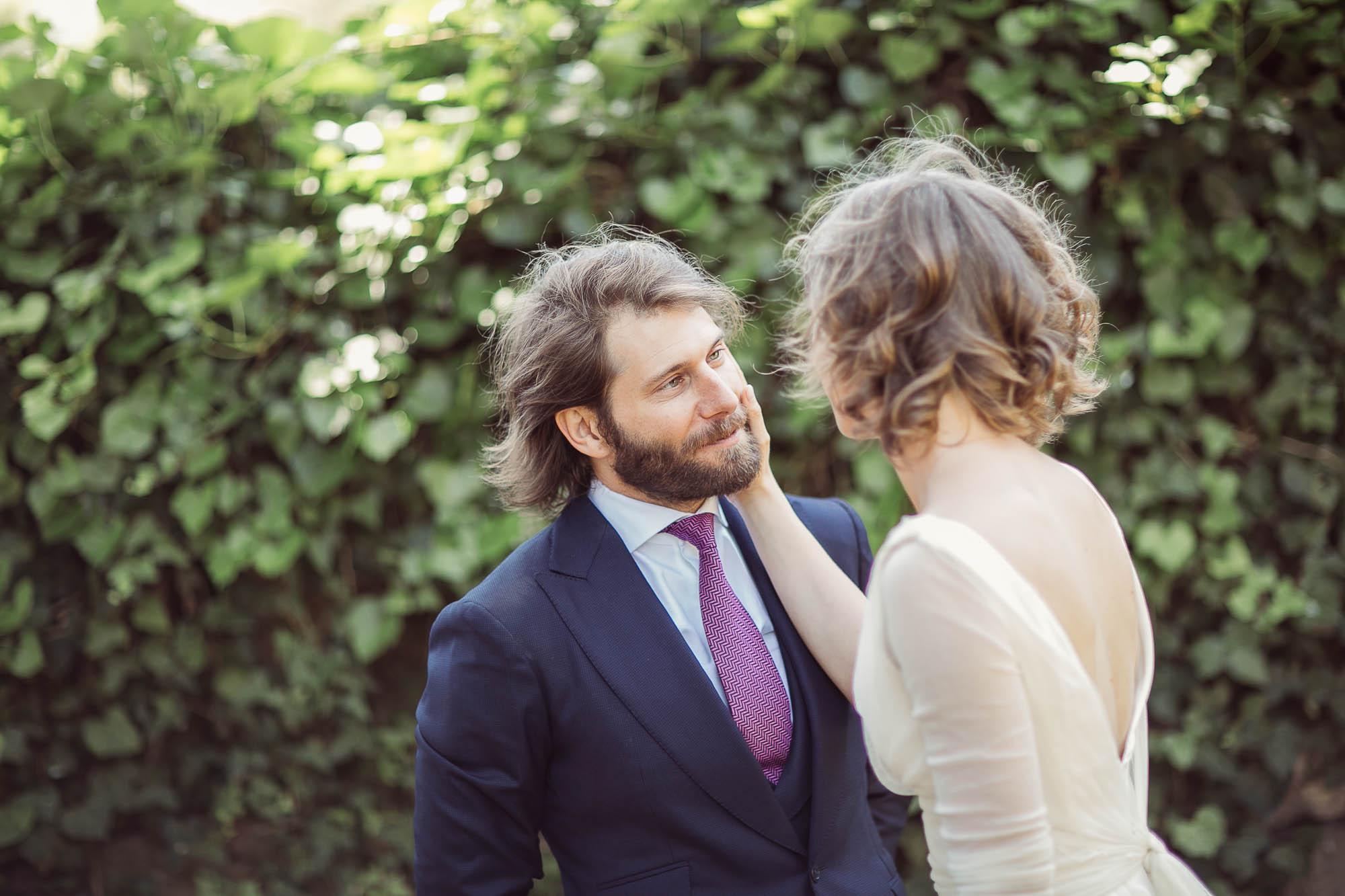 La novia pone su mano cariñosamente sobre la cara de su marido