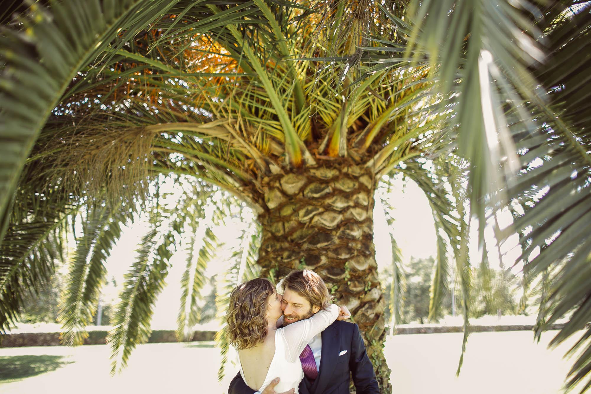 La novia se gira y abraza a su marido y le besa en la mejilla