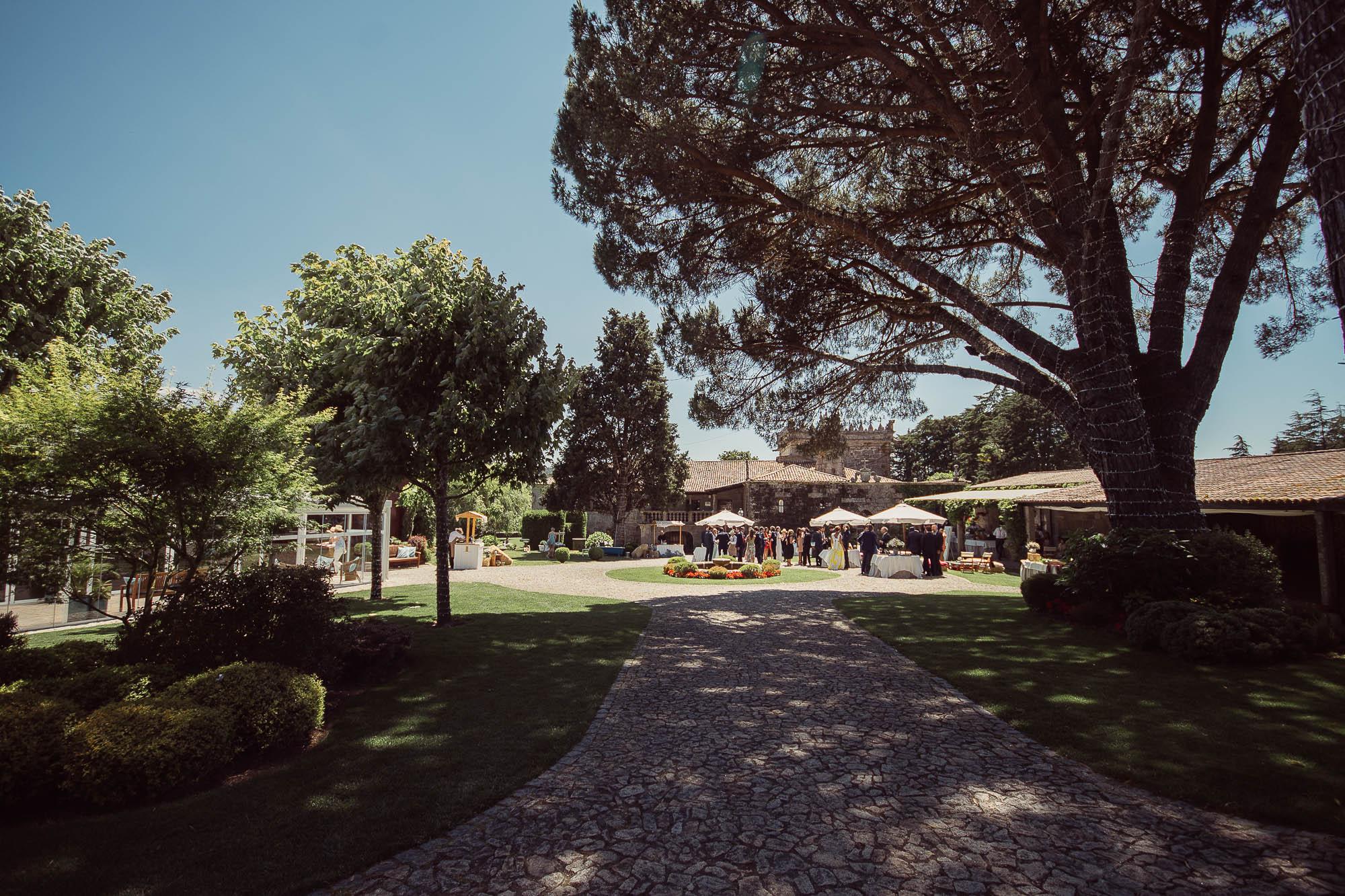 Todos los invitados reunidos en las carpas donde se está celebrando el cóctel