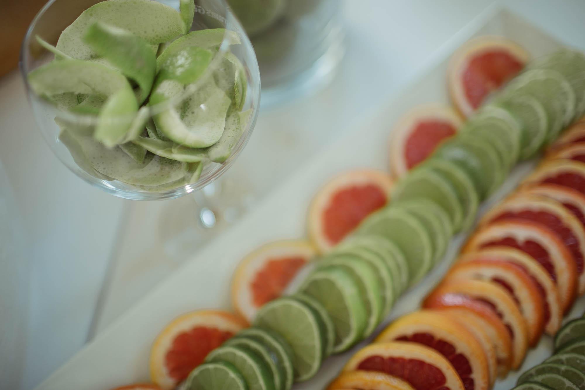 Una bandeja de cítricos cortados sobre la mesa