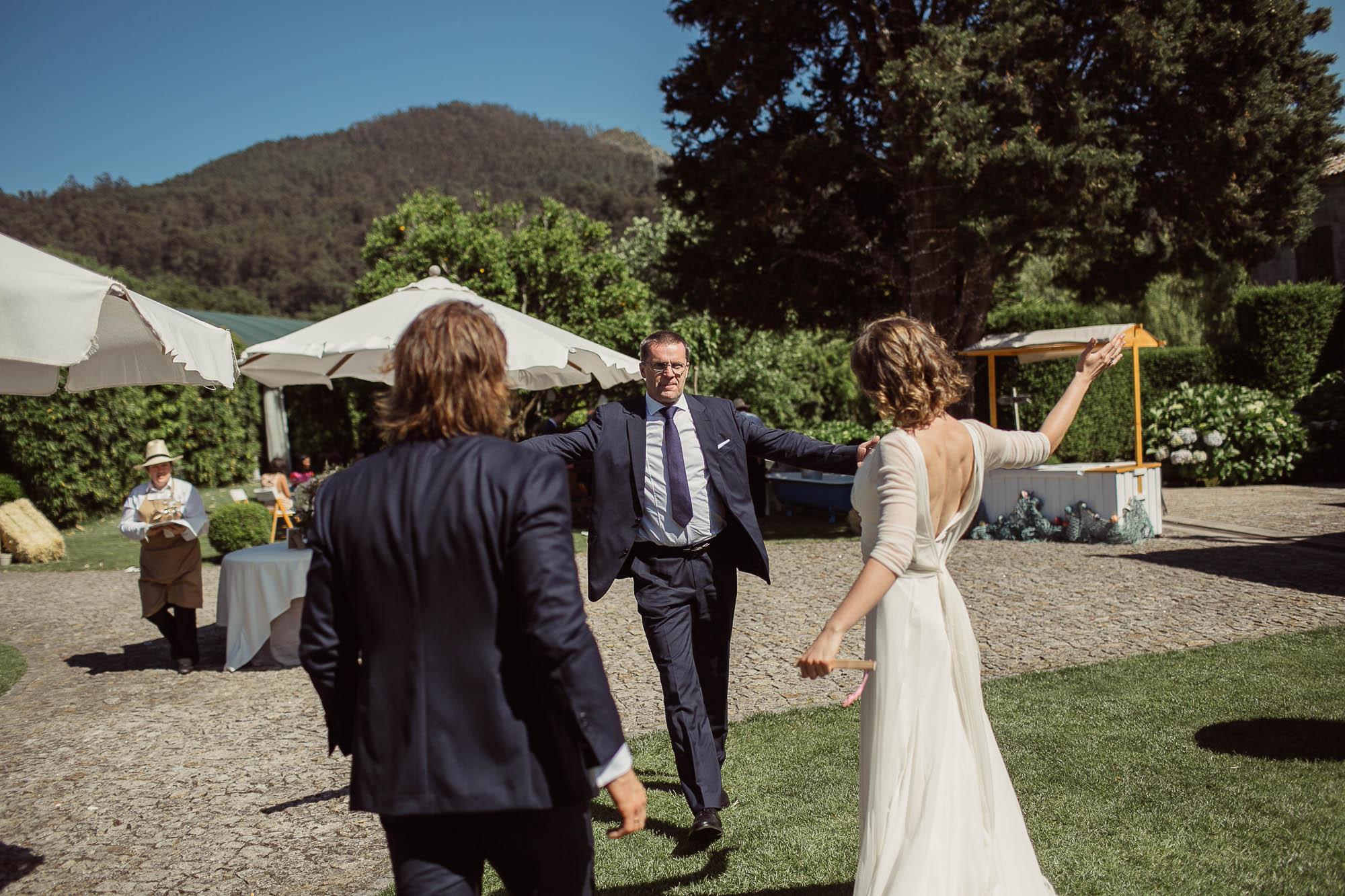 Marido y mujer van corriendo a saludar a un amigo que les recibe con los brazos abiertos
