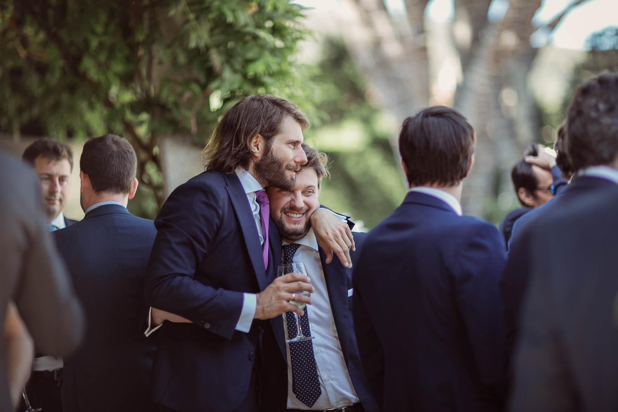 El novio abrazando a un amigo