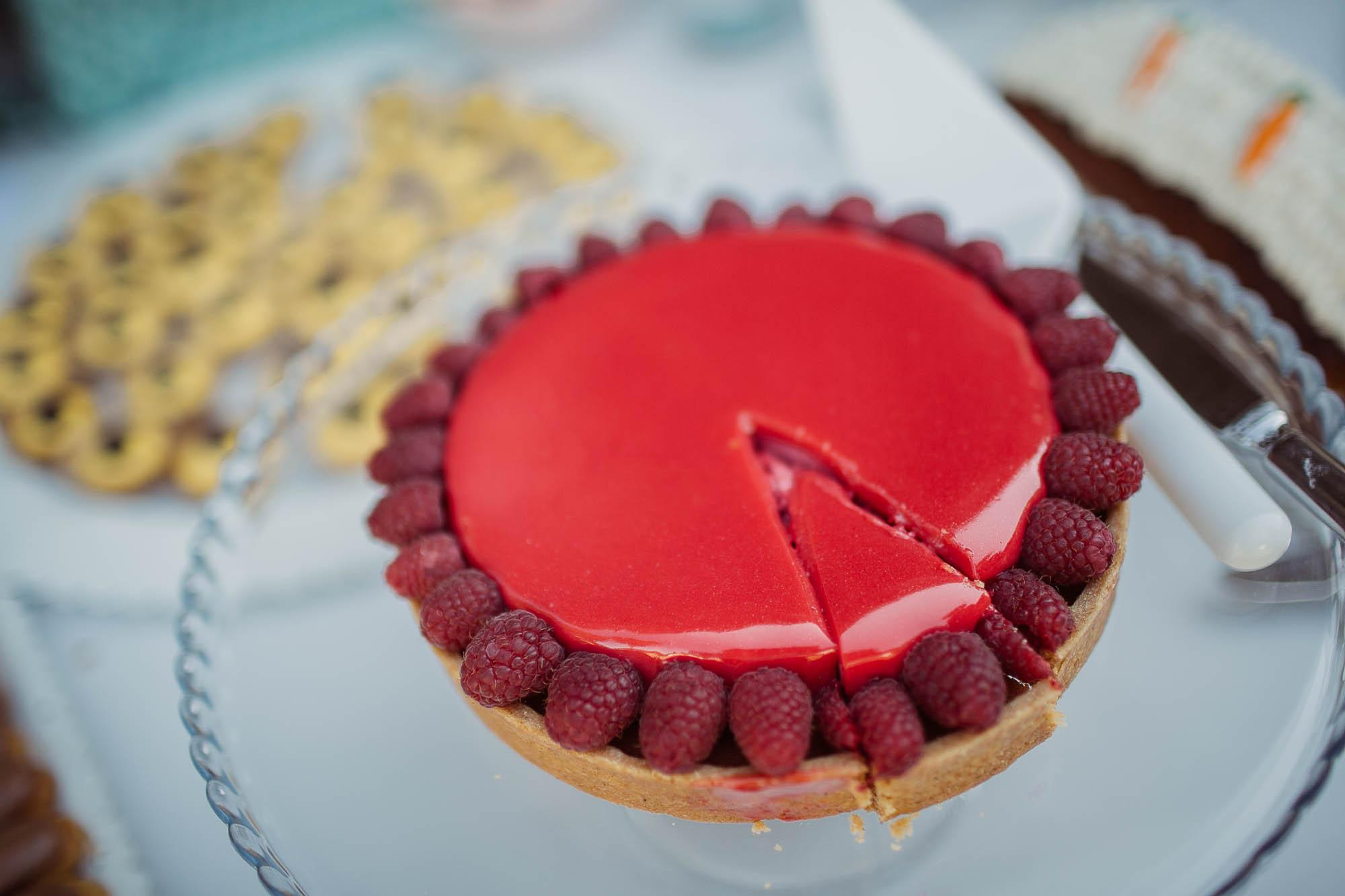 Detalle de una tarta de queso con fresas con un trozo cortado