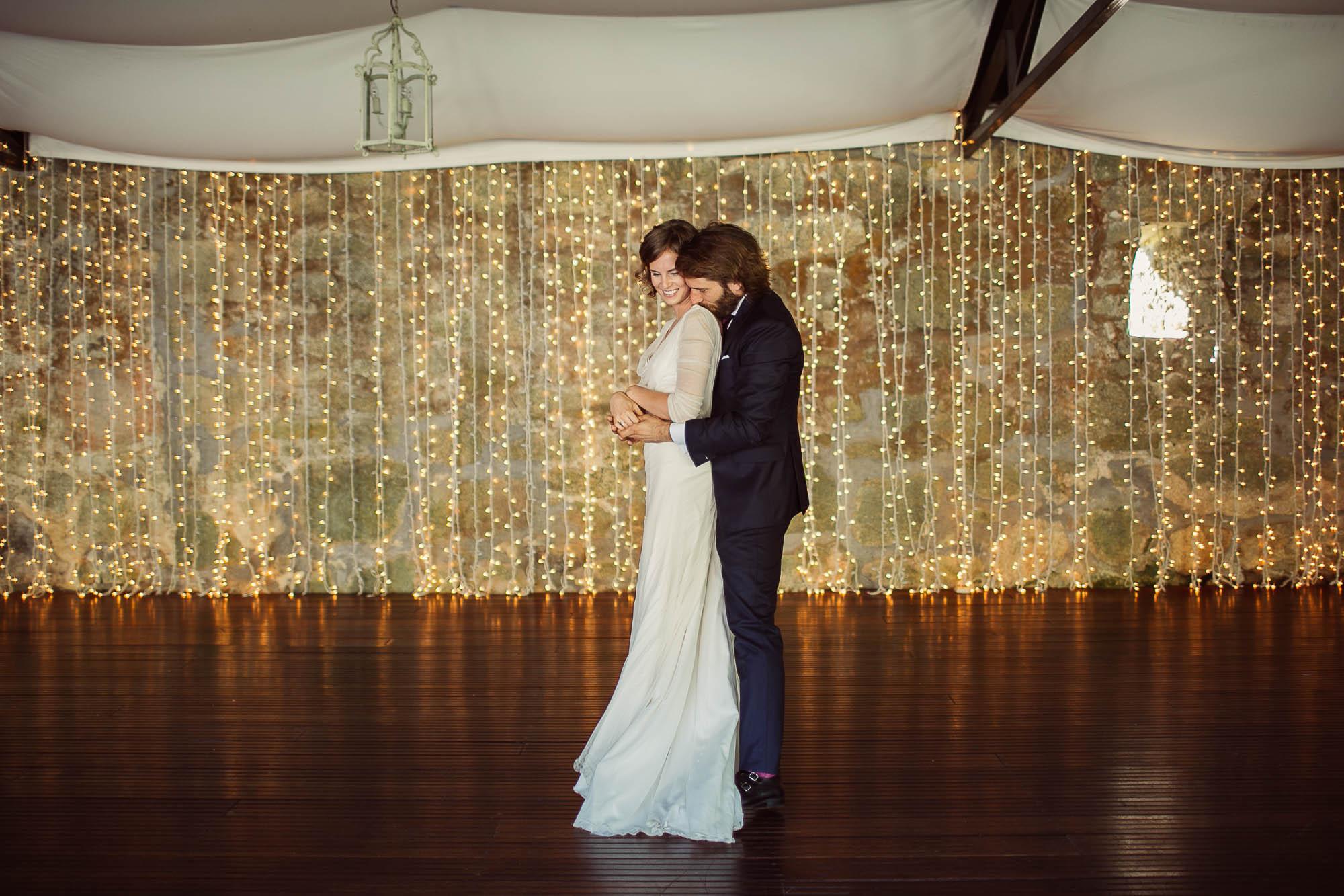 Marido y mujer bailando juntos pegados