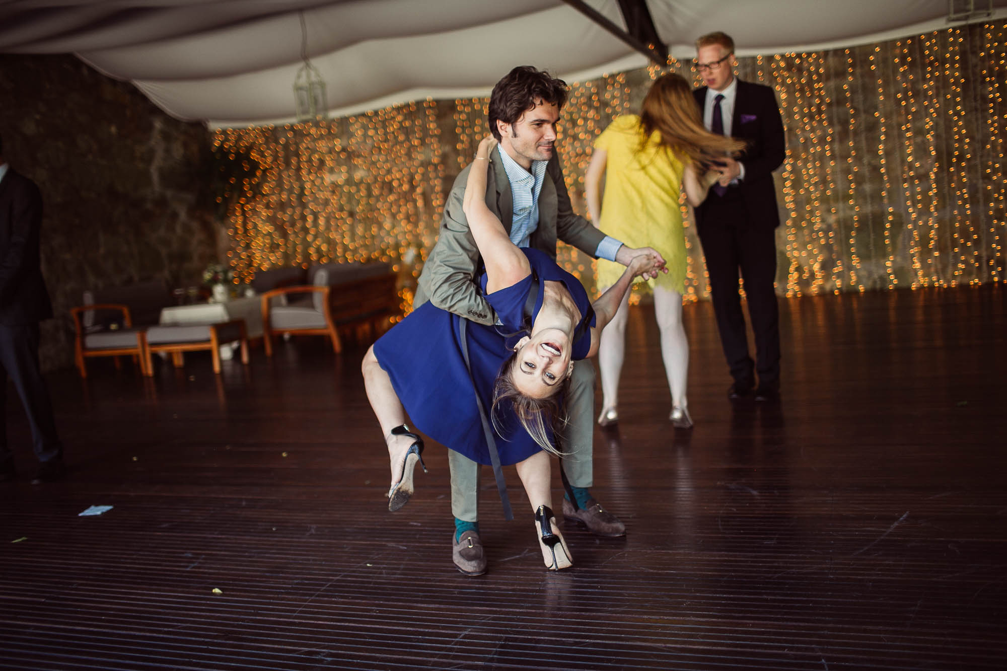 La invitada del vestido azul bailando con un invitado cayendo hacia atrás como en un tango