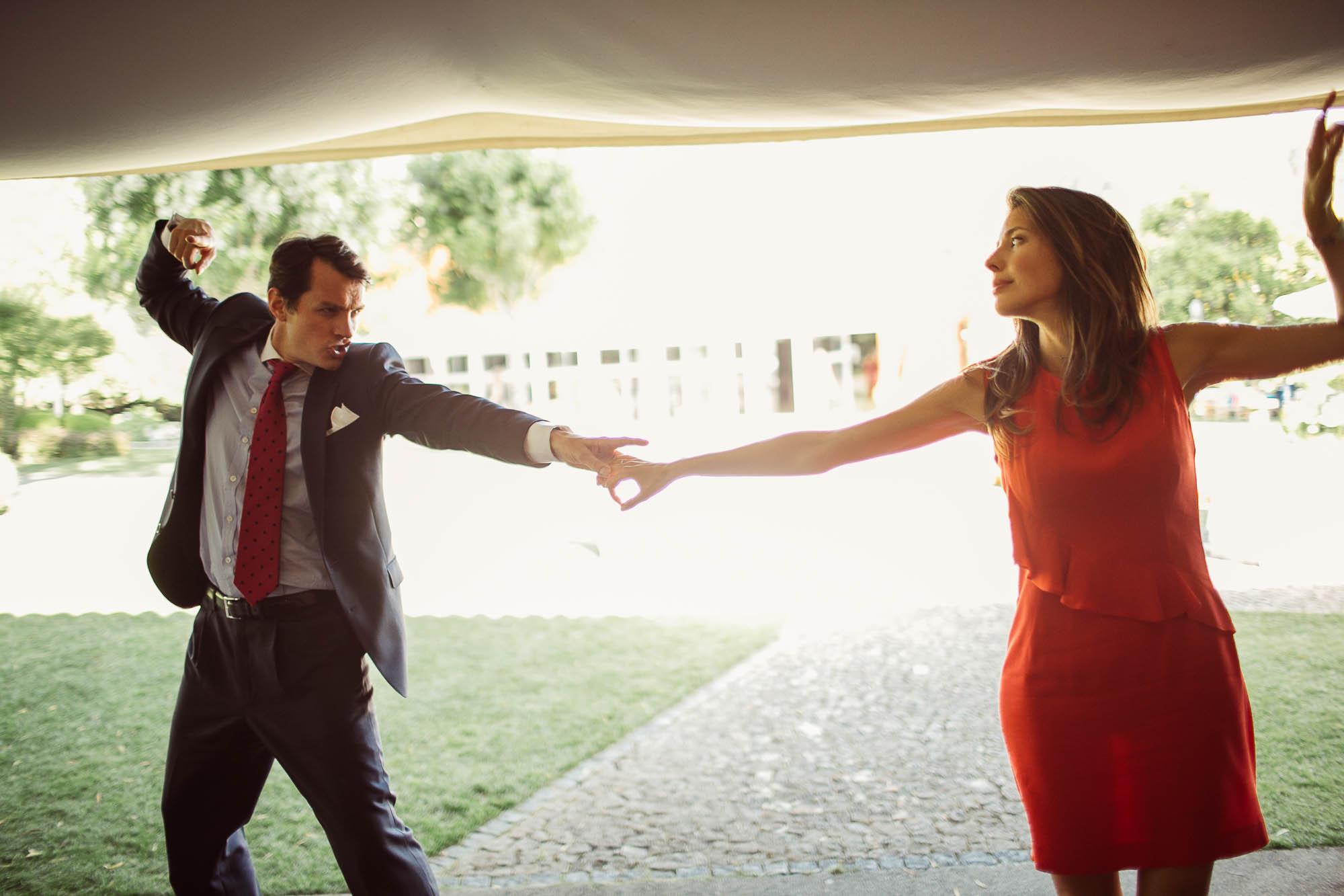 Dos invitados bailando agarrados de la mano con los brazos estirados