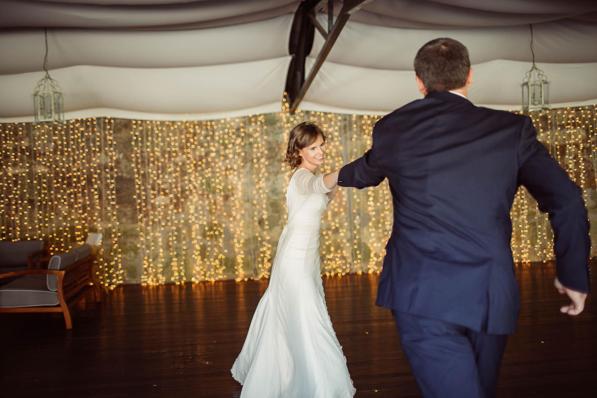 La novia bailando con un invitado