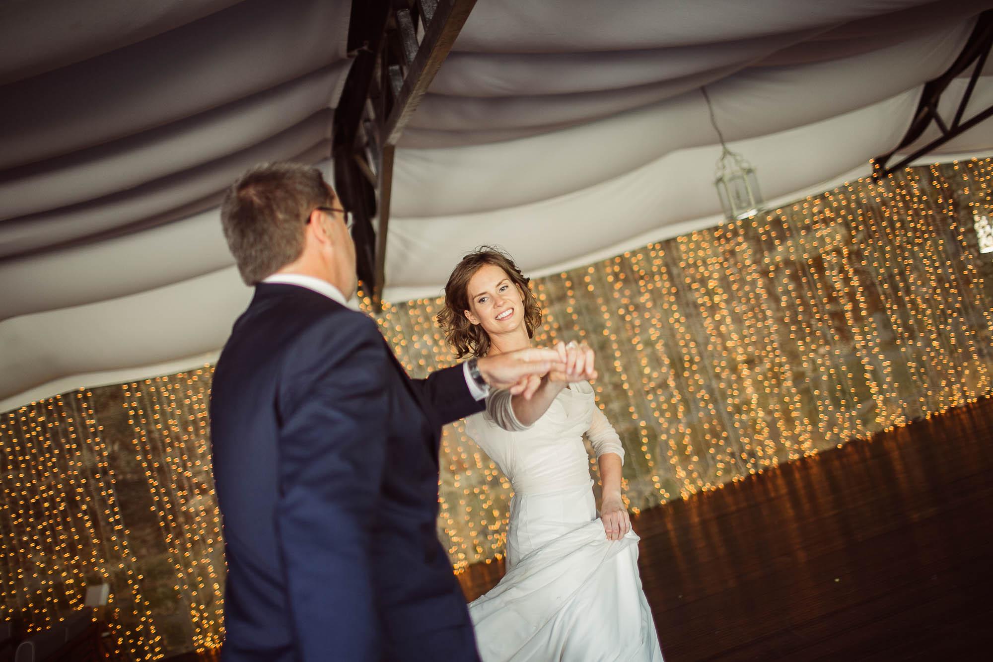 La novia dando una vuelta sobre si misma bailando con un invitado