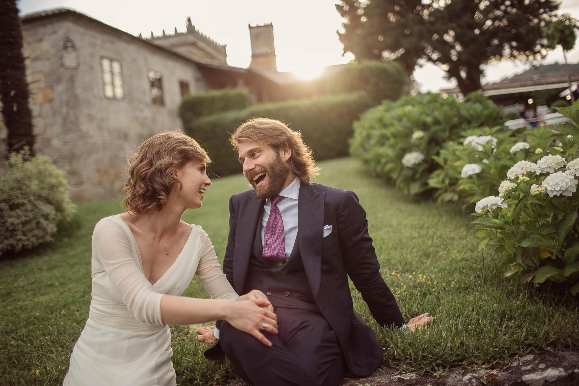 Marido y mujer sentados en el jardín conversando y riendo