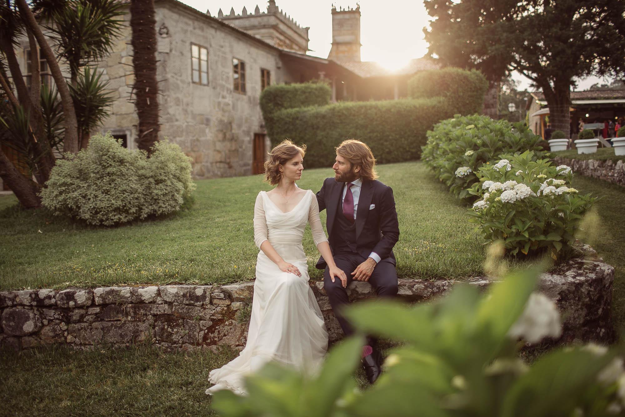 Marido y mujer sentados mirándose a la cara sonriendo