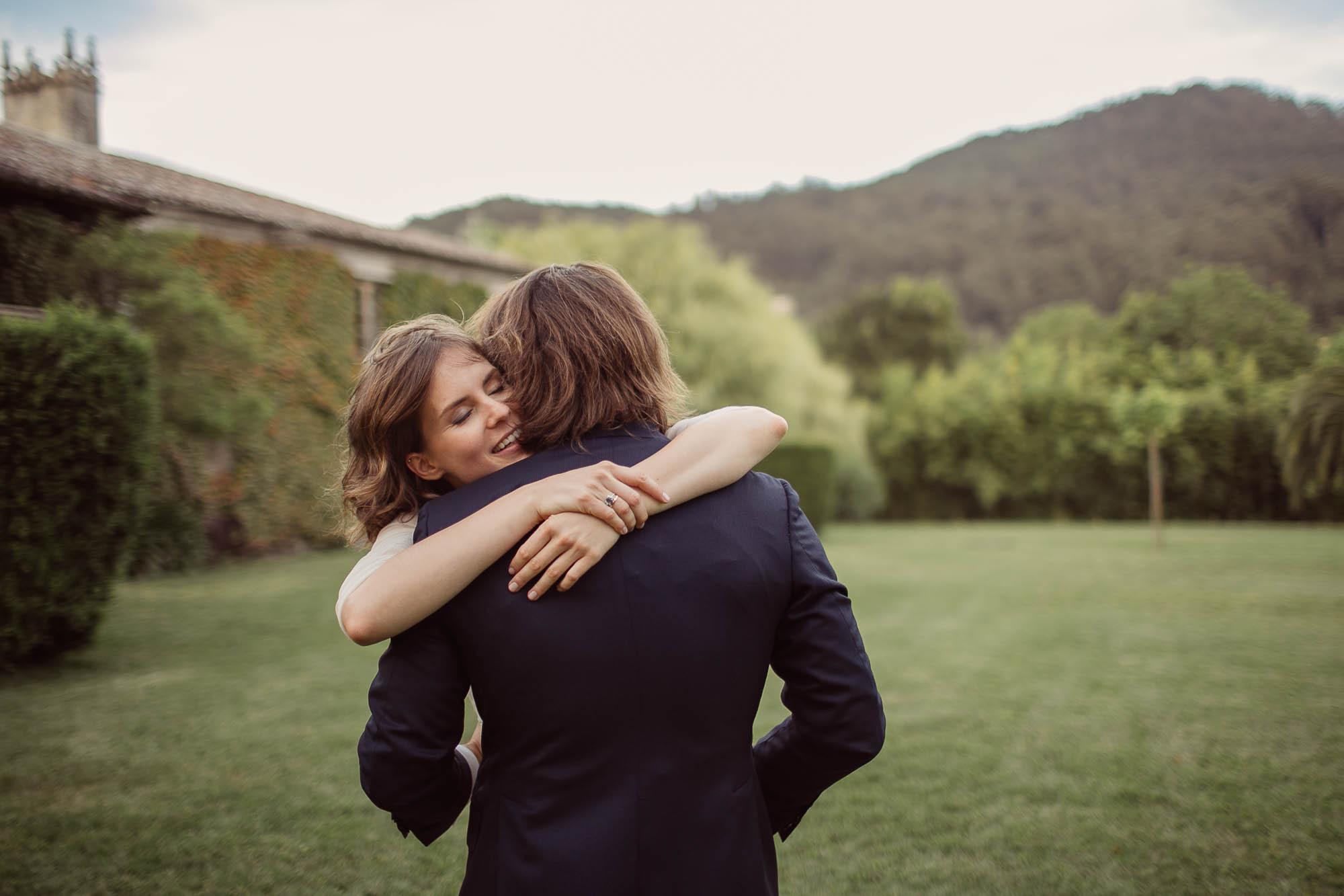 La novia abrazando a su marido y sonriendo