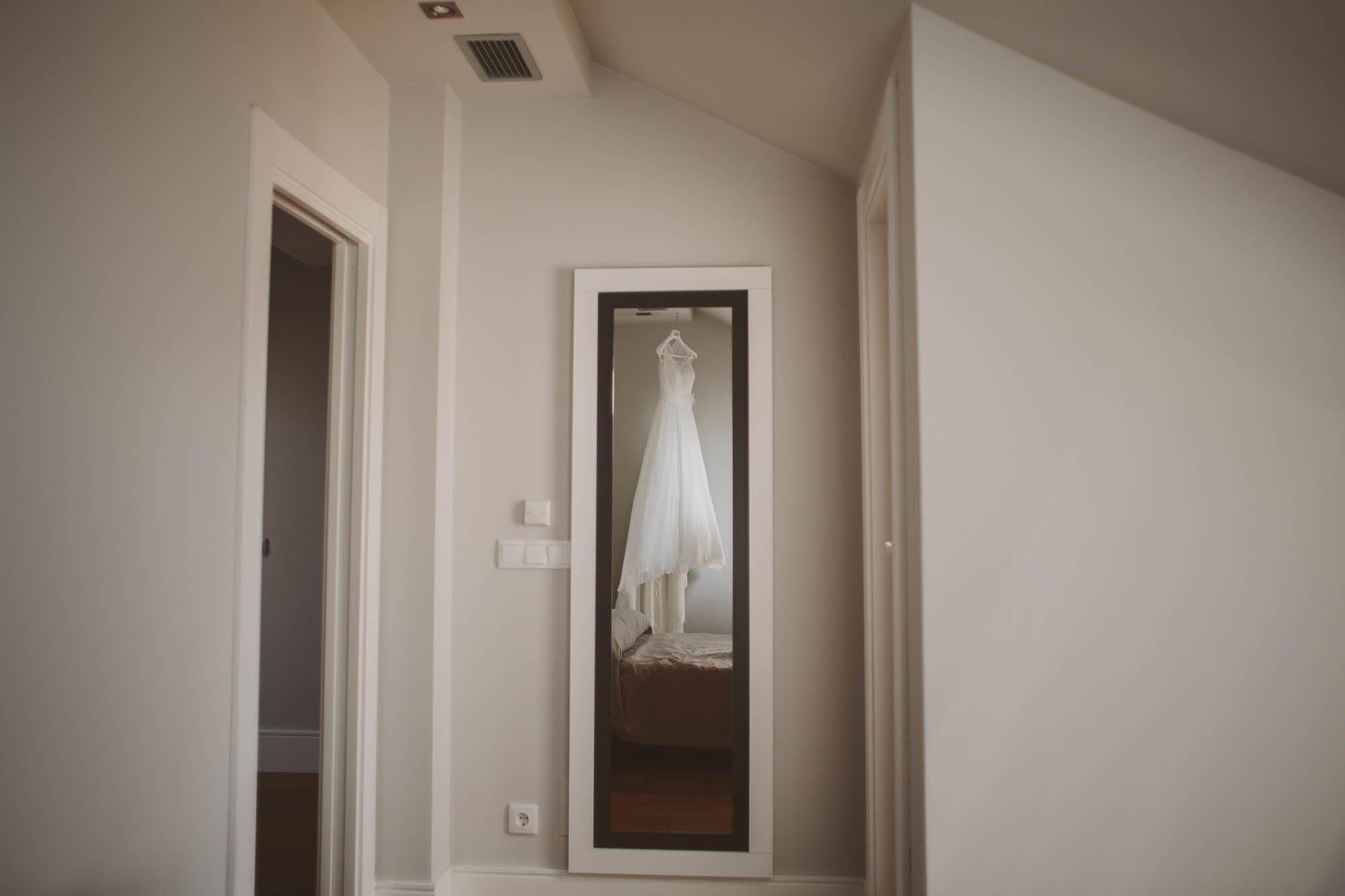 El vestido de la novia colgado de una percha antes de la boda