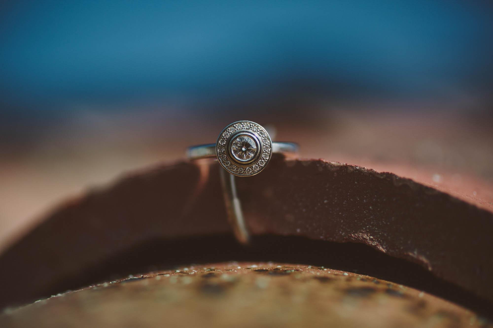 Detalle del anillo de bodas de la novia