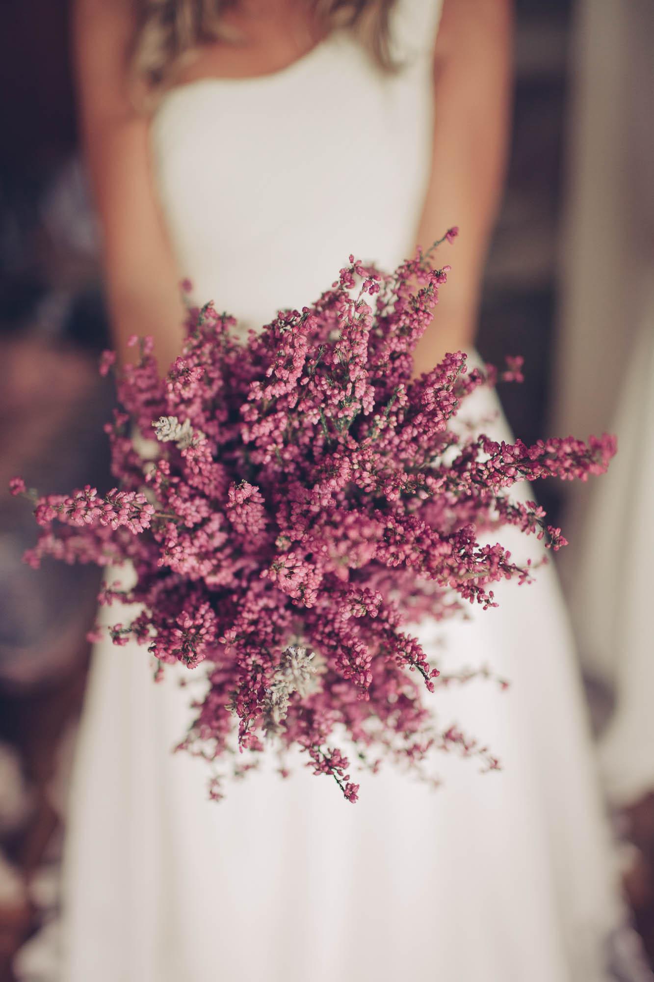 La novia sostiene el ramo