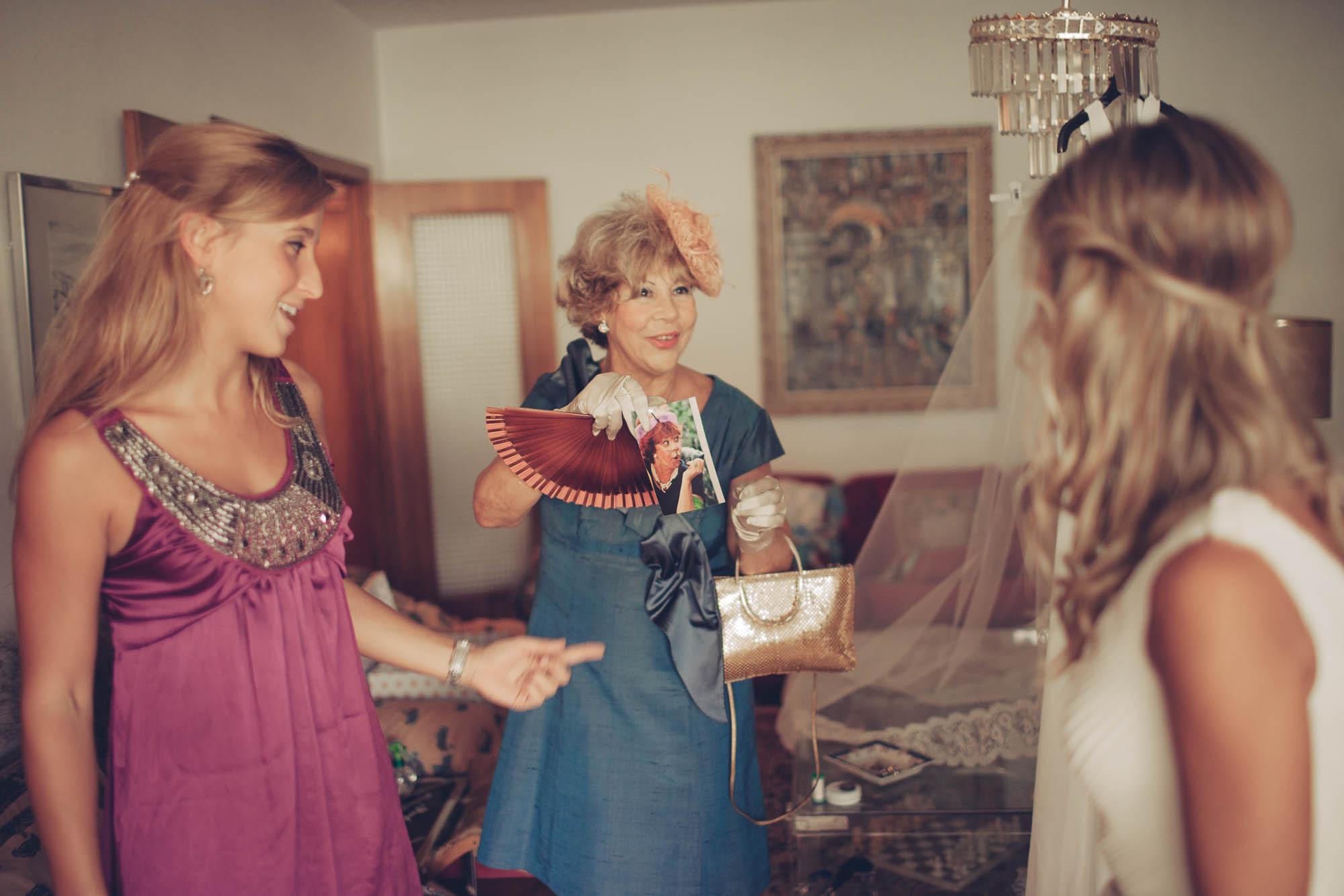 La madre sonríe a la novia