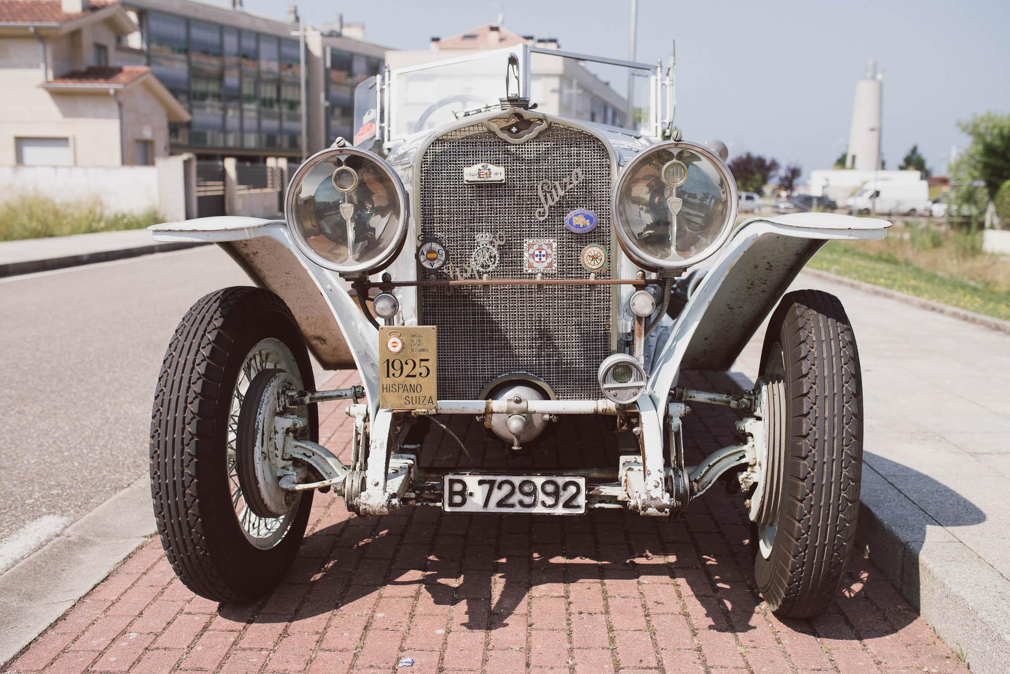 Parte frontal del coche antiguo de los novios el día de la boda