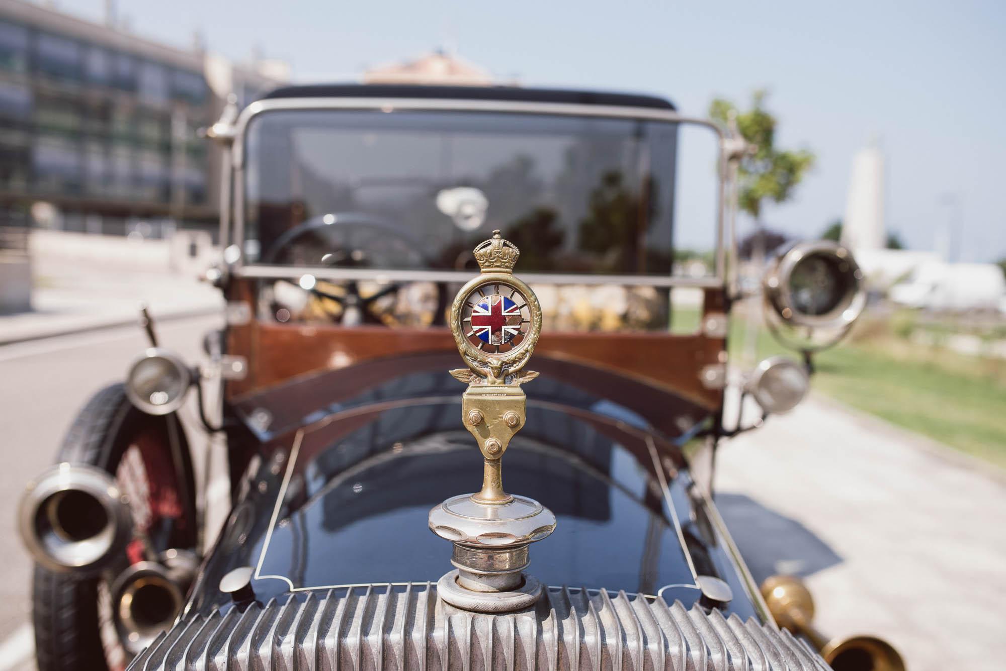 Detalle del coche de época para el día de la boda