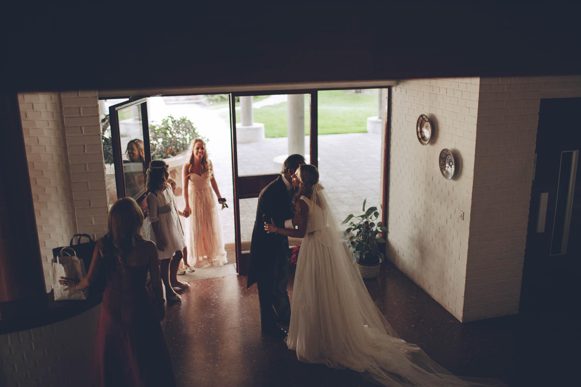 La novia saluda a los invitados