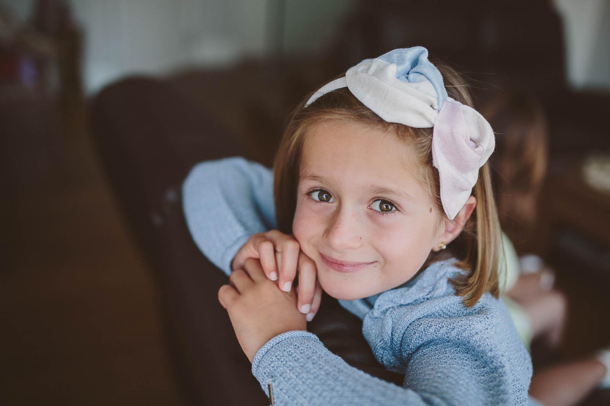 Una niña sonríe esperando a la novia