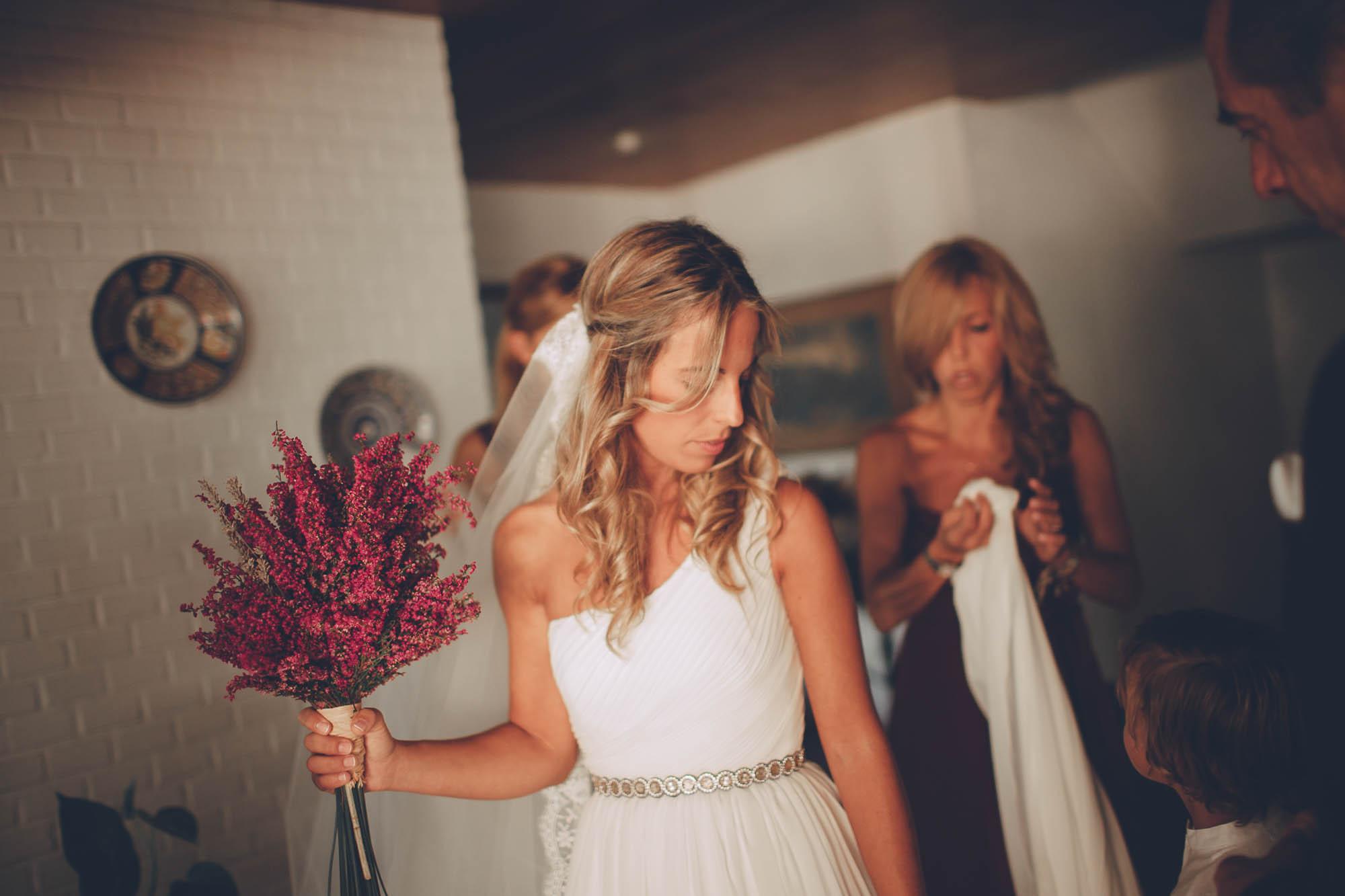 La novia sostiene el ramo en los preparativos