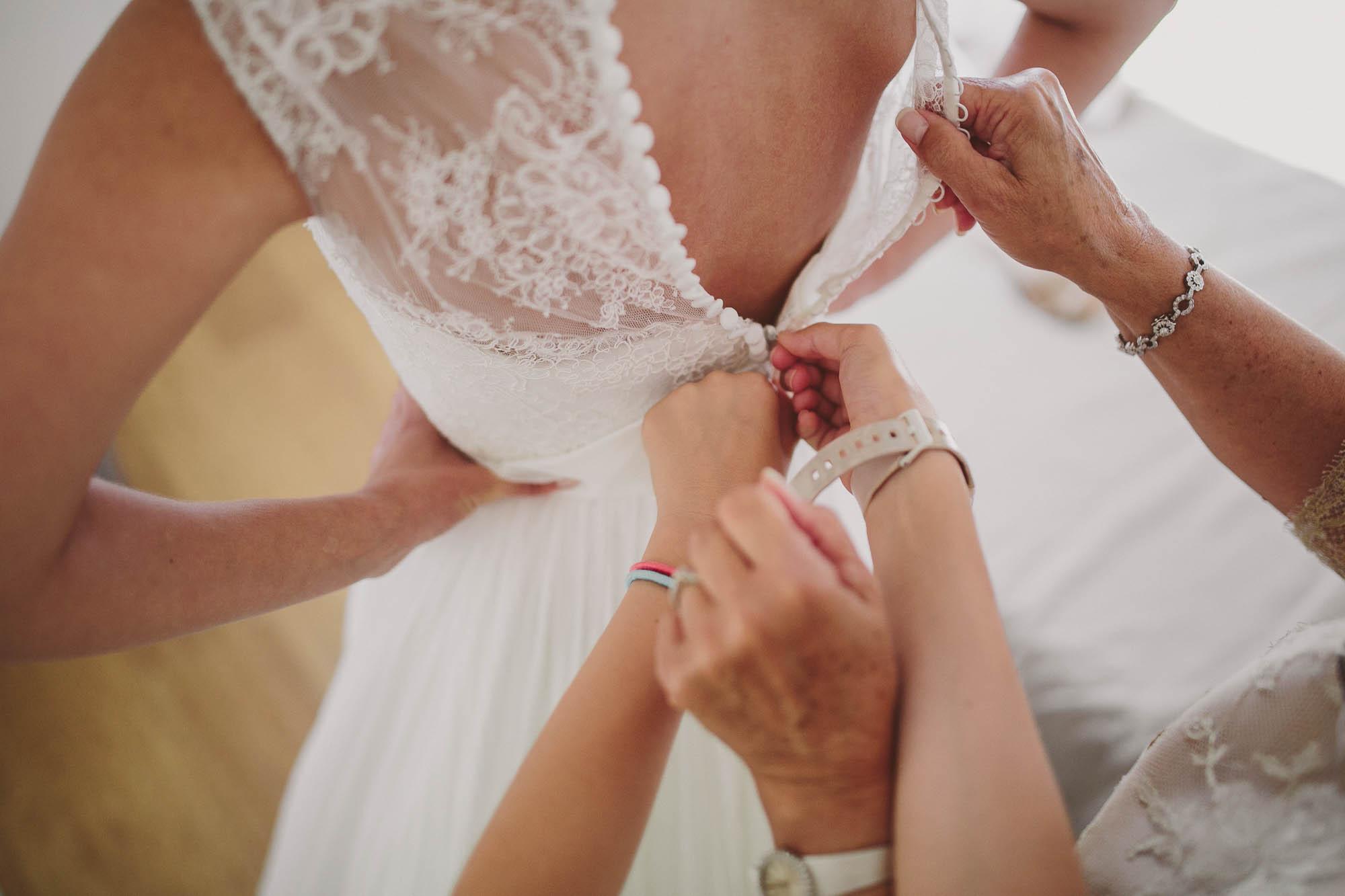 Detalle de la espalda y los botones del vestido de la novia
