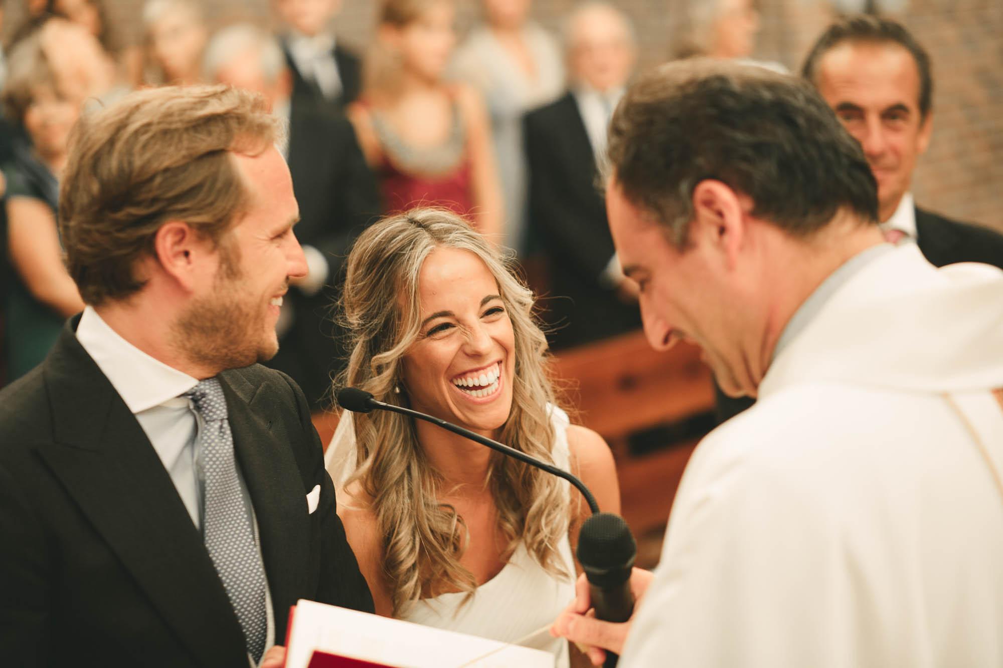 La novia riendo en el altar