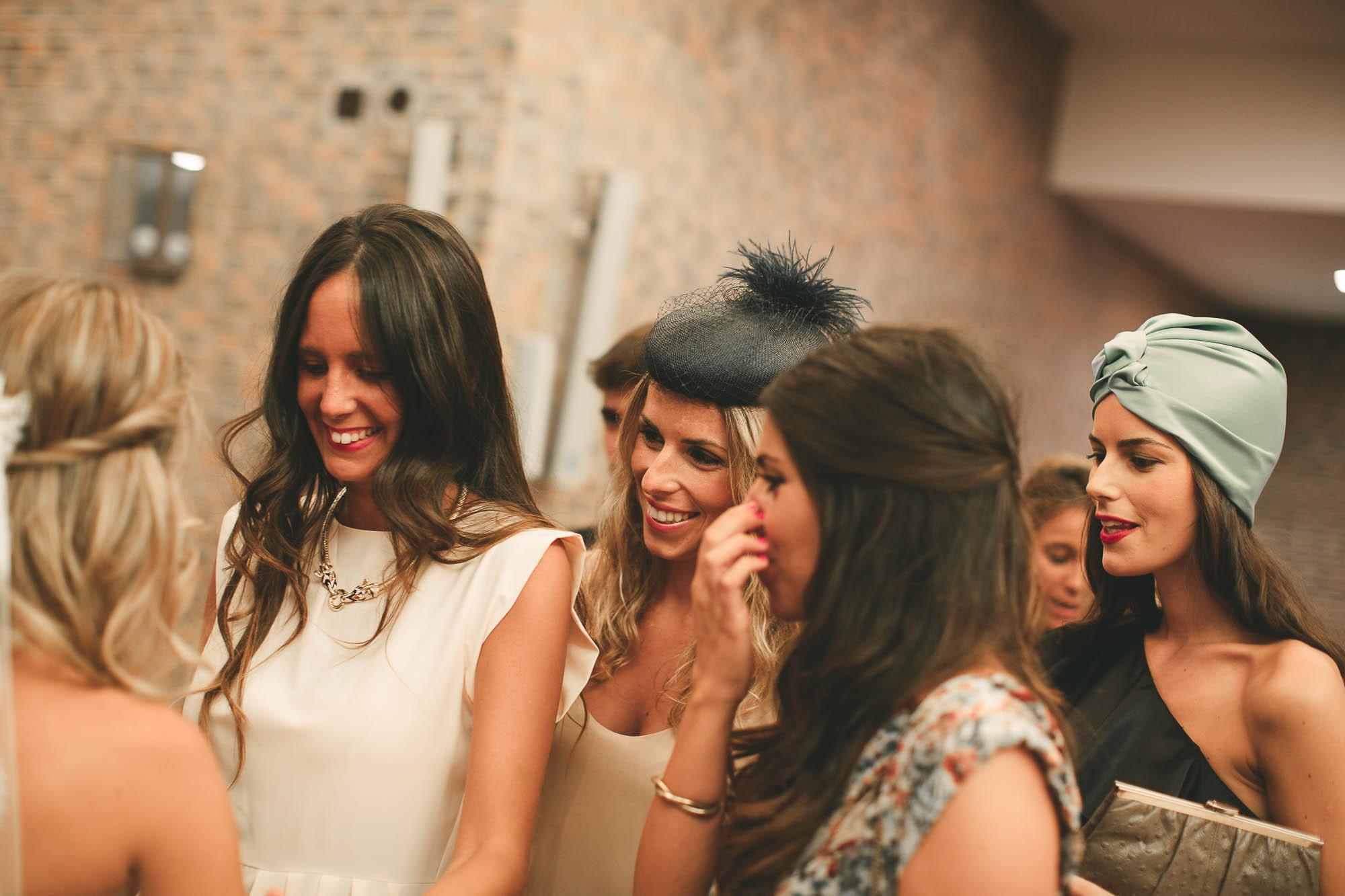 Las invitadas emocionadas saludan a la novia