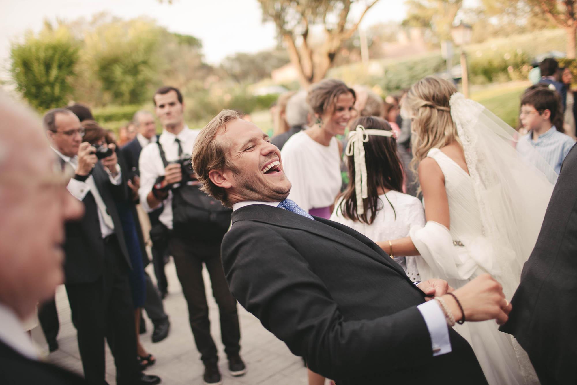 El novio riendo