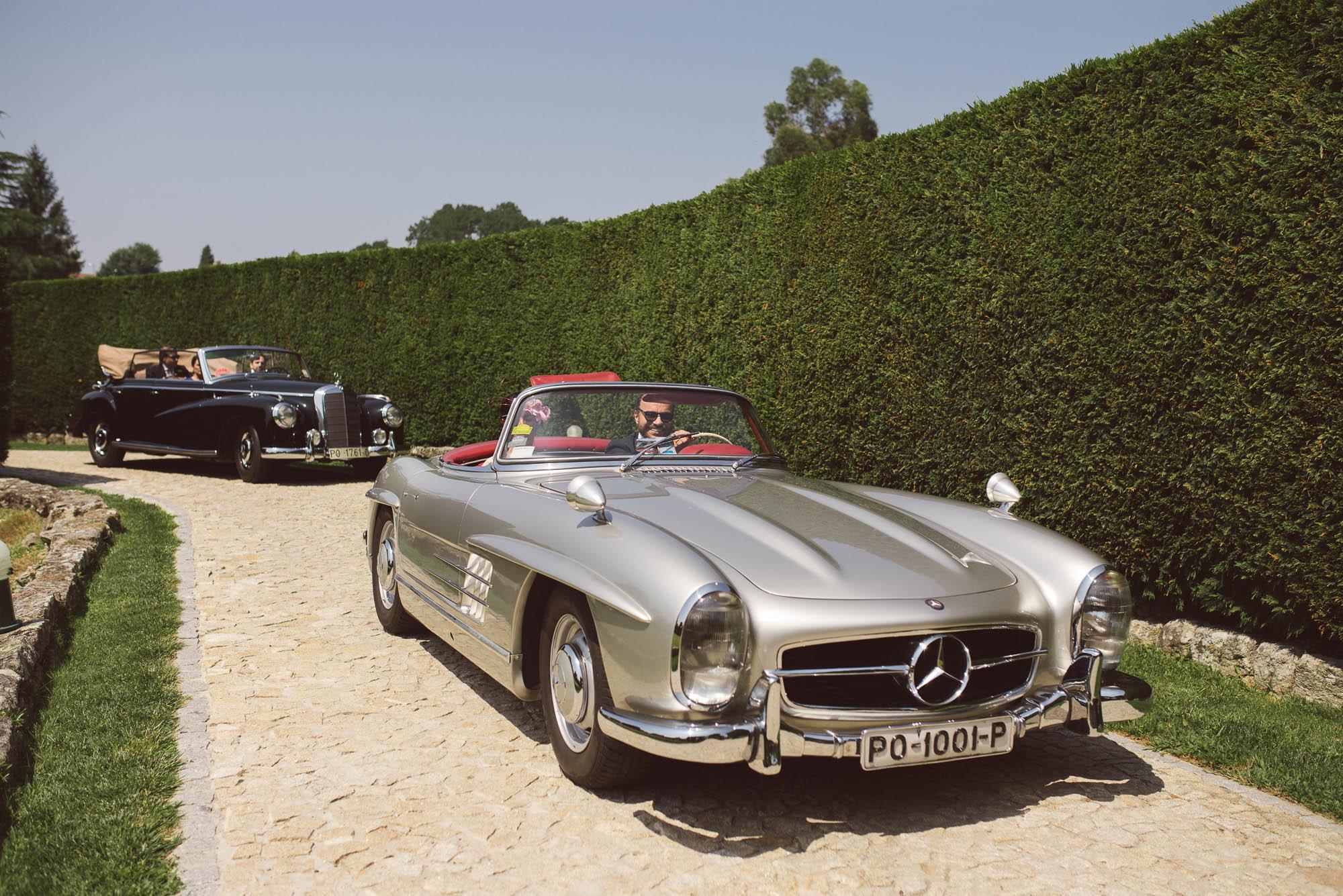 El invitado llega a la boda en un coche lujoso