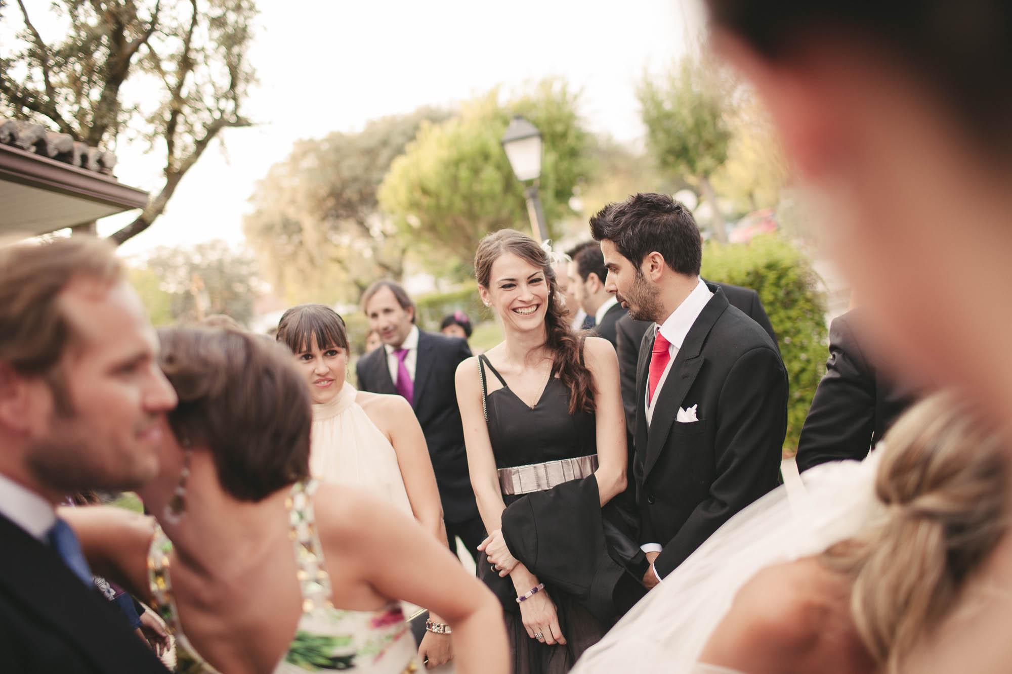 Los invitados saludan a los novios