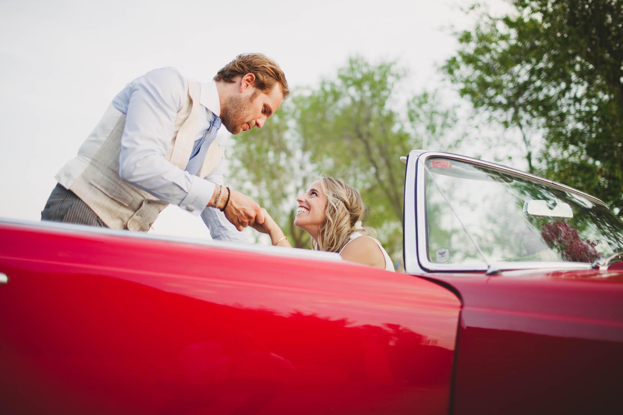 El novio y la novia en el coche de bodas