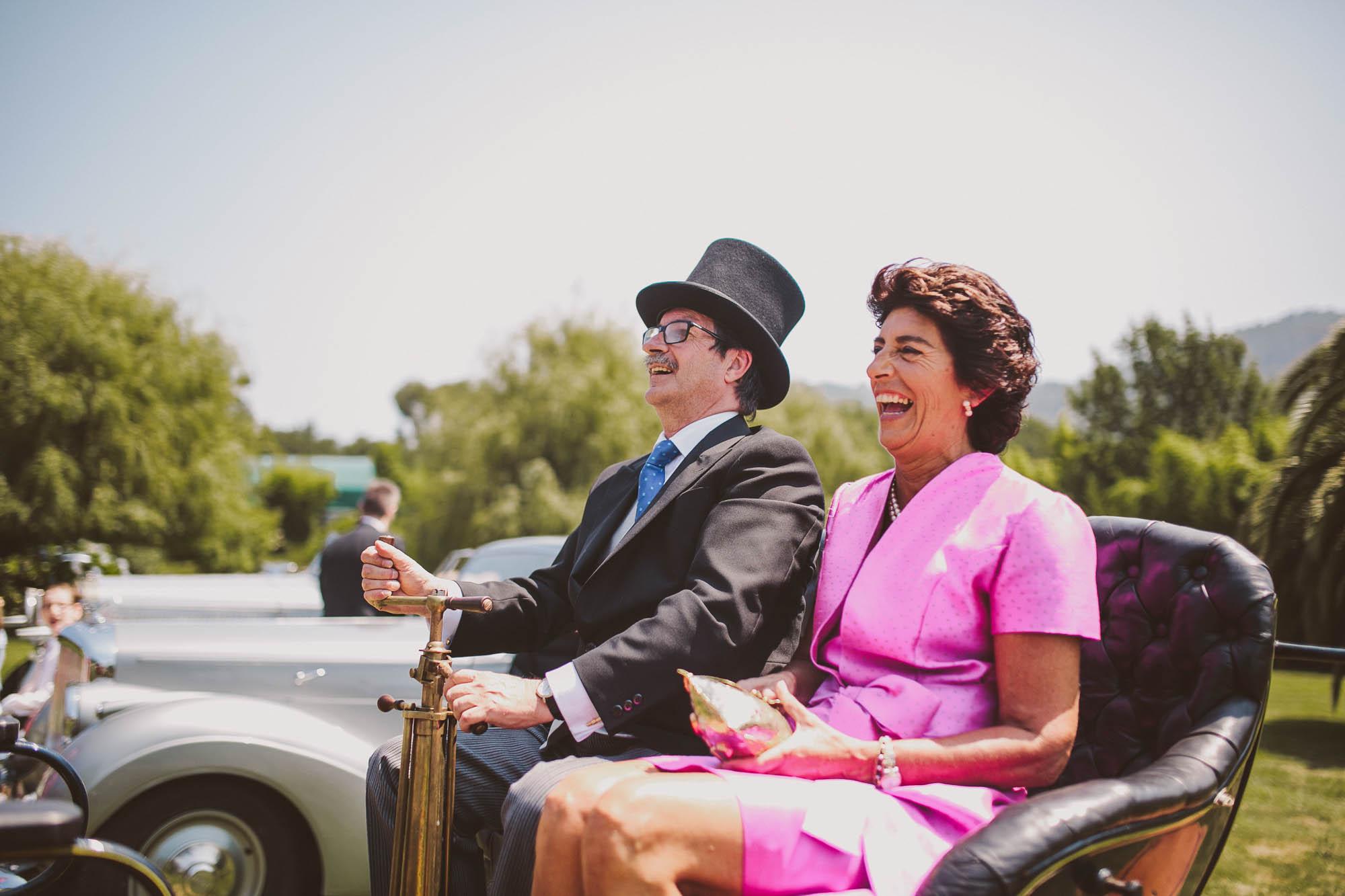 Los invitados llegan en coches a la boda