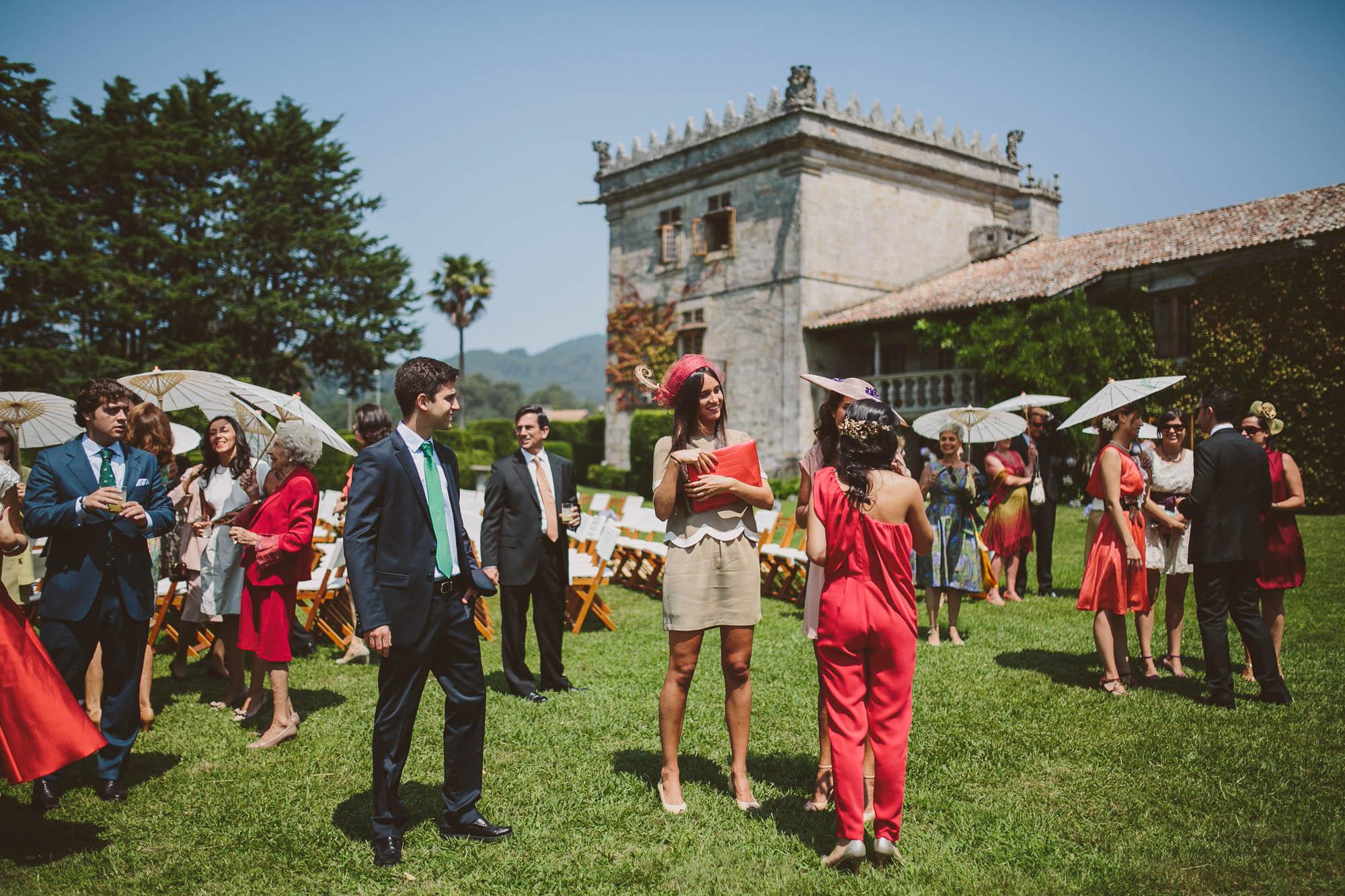 Los invitados elegantes esperan a los novios en el jardín