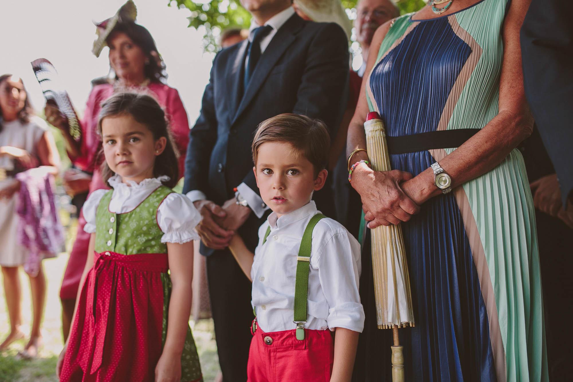 Los niños en la boda miran a los novios