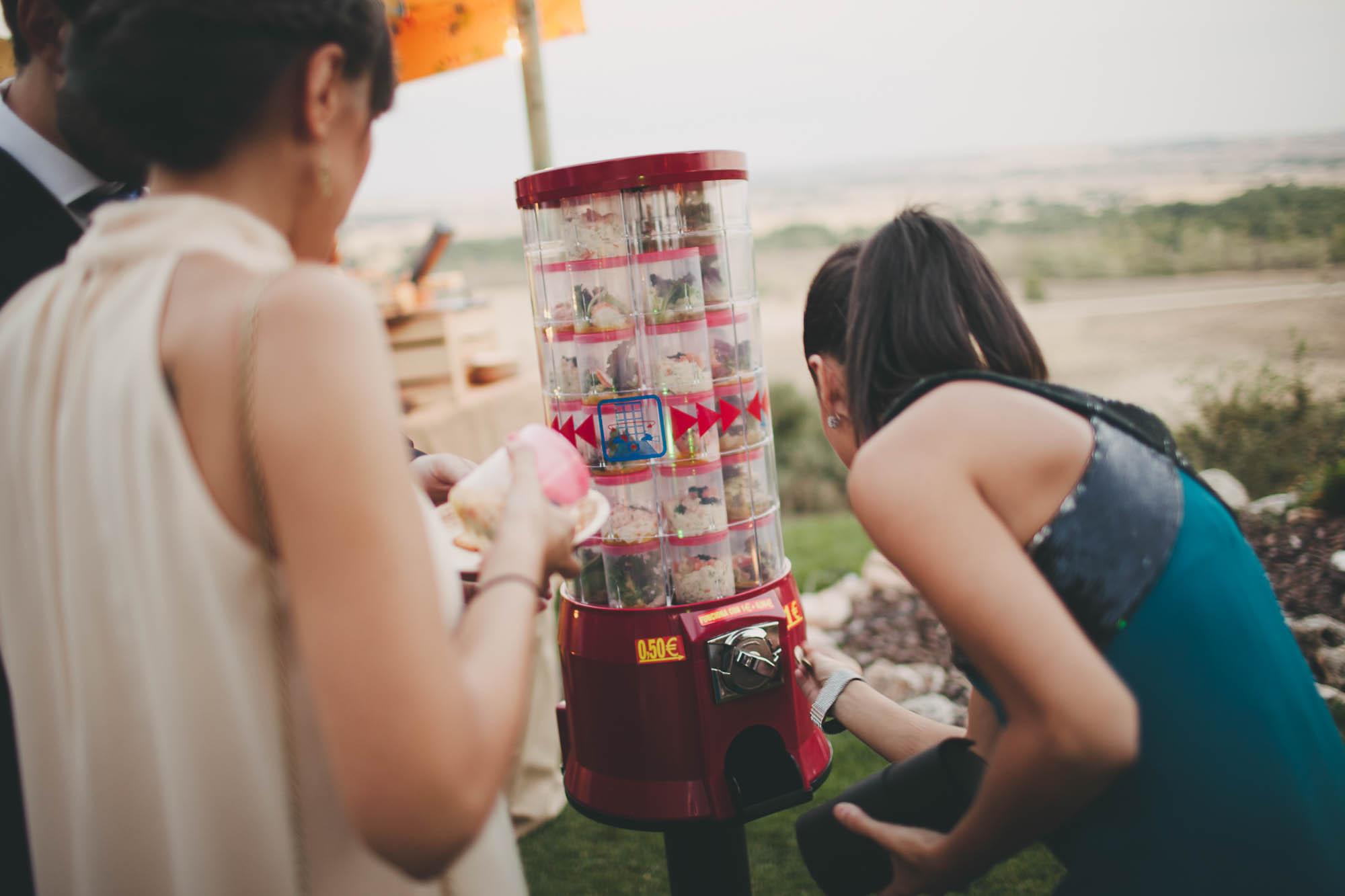 Las invitadas juegan con la máquina de golosinas