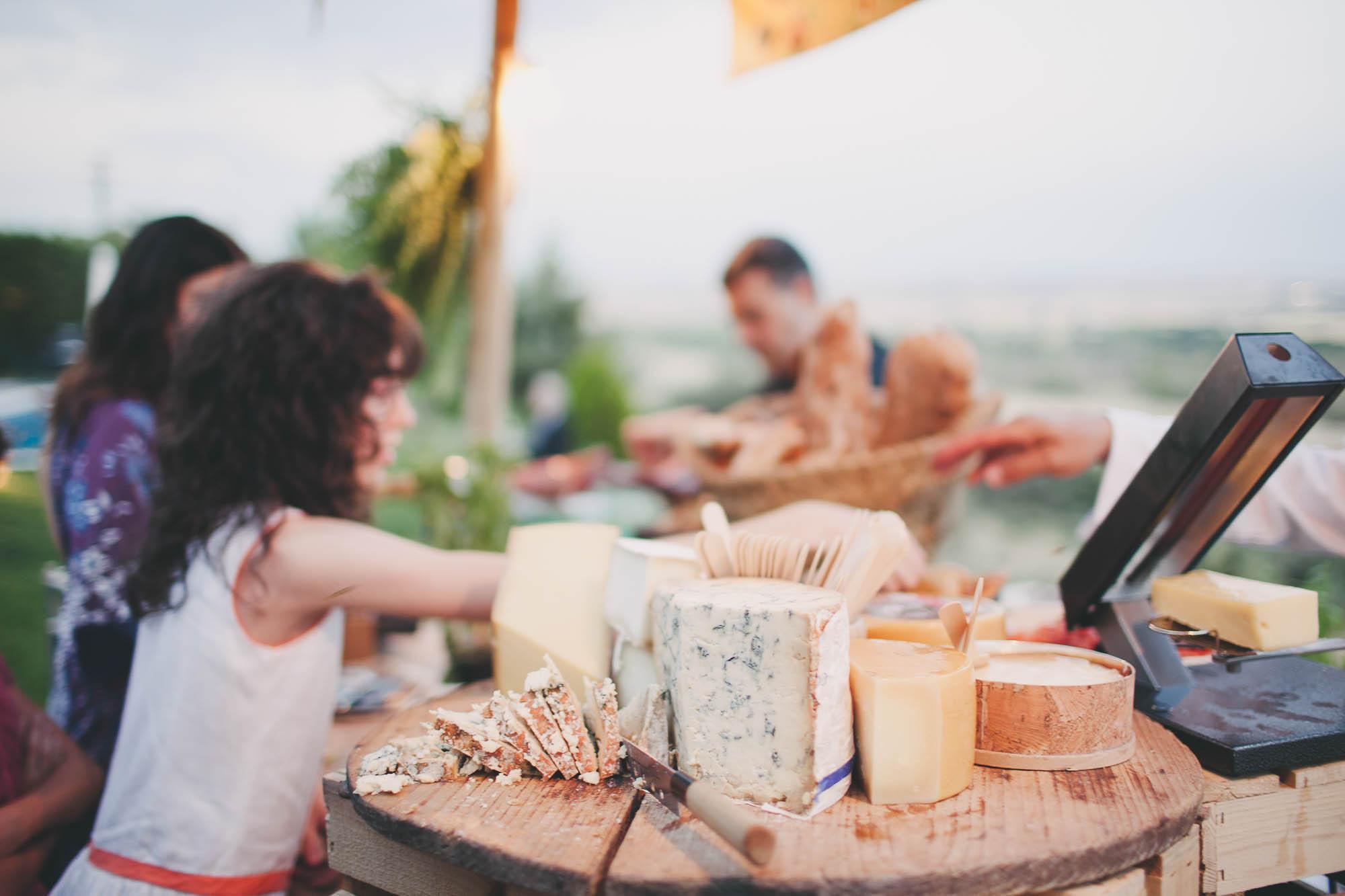 Las niñas en la barra de quesos