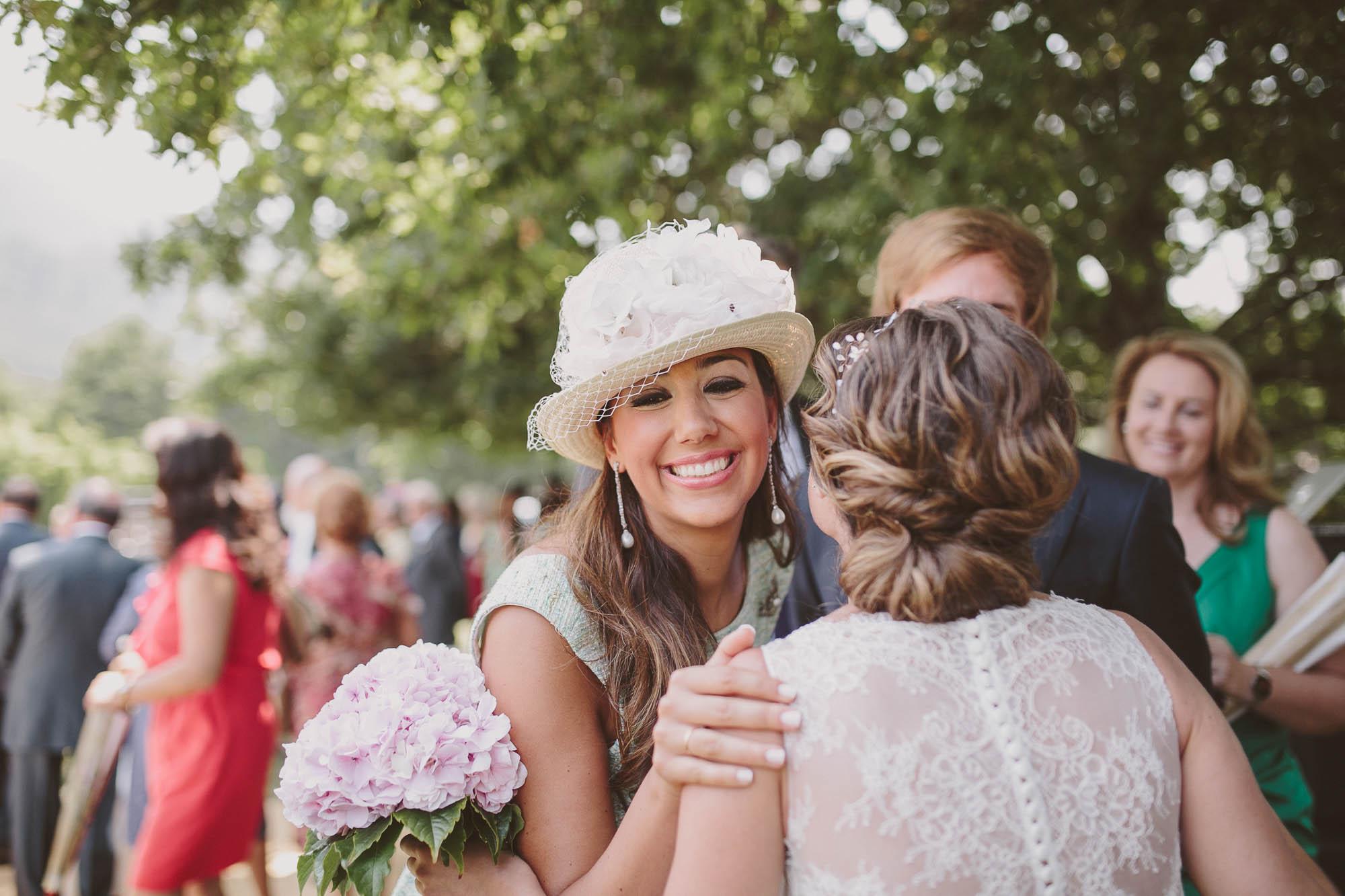 Las invitadas saludan a la novia