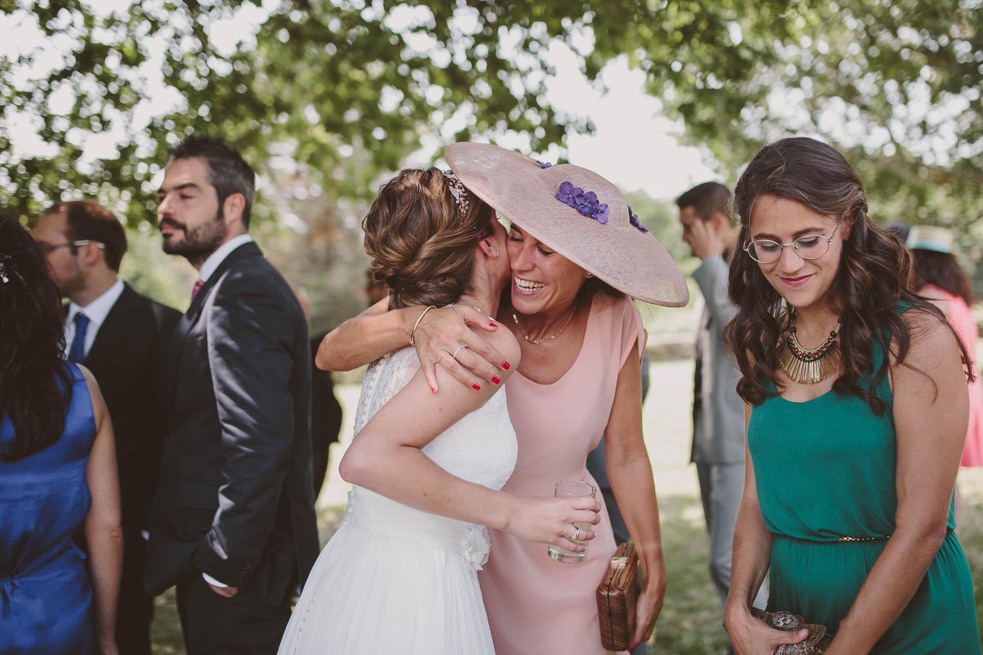 Las invitadas abrazan y besan a la novia