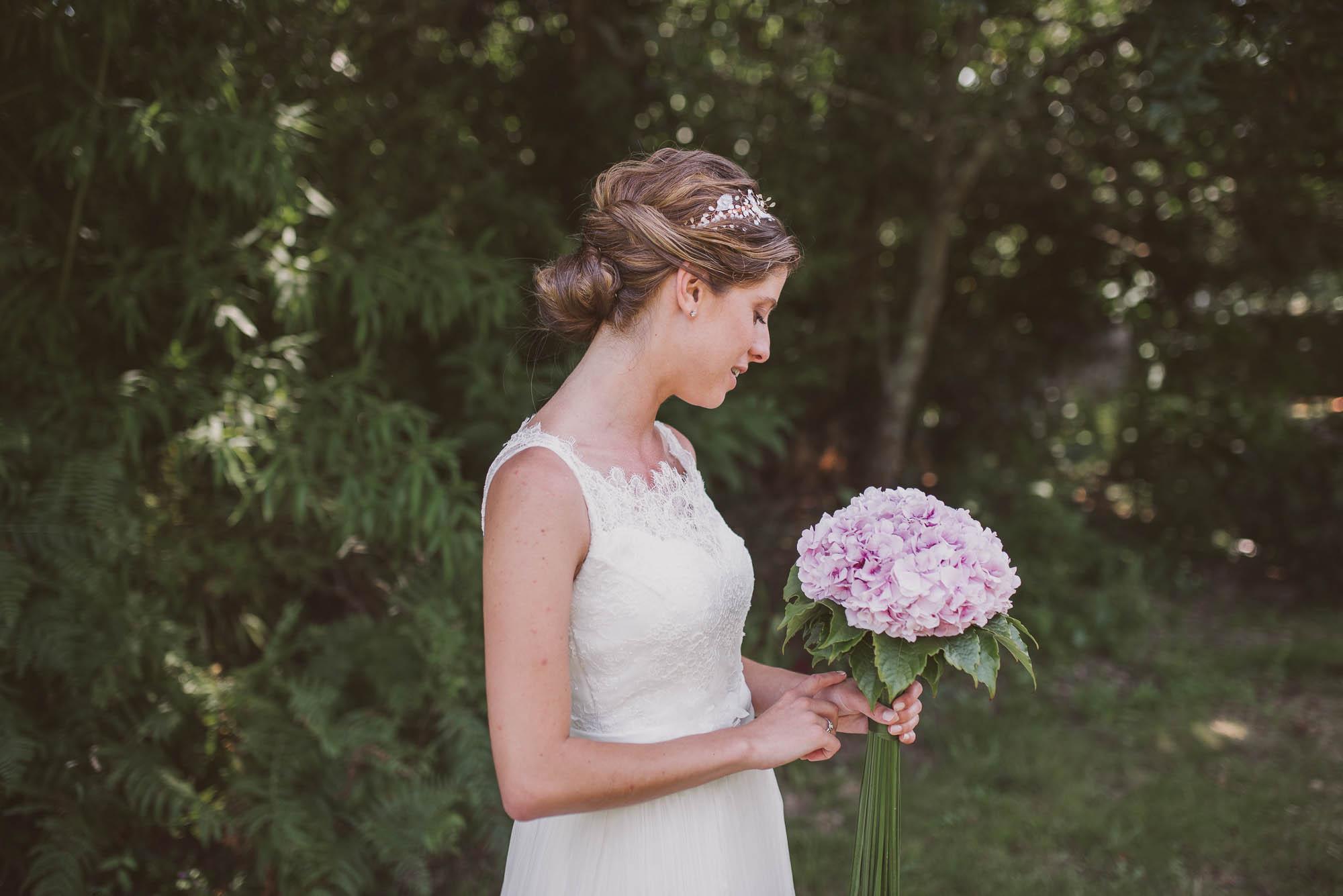 La novia después de la boda posa con su ramo