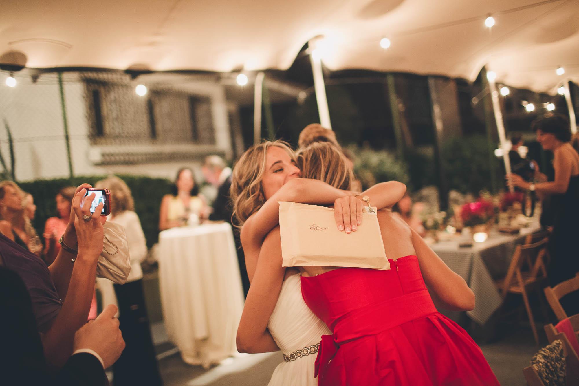 La novia abraza a las invitadas