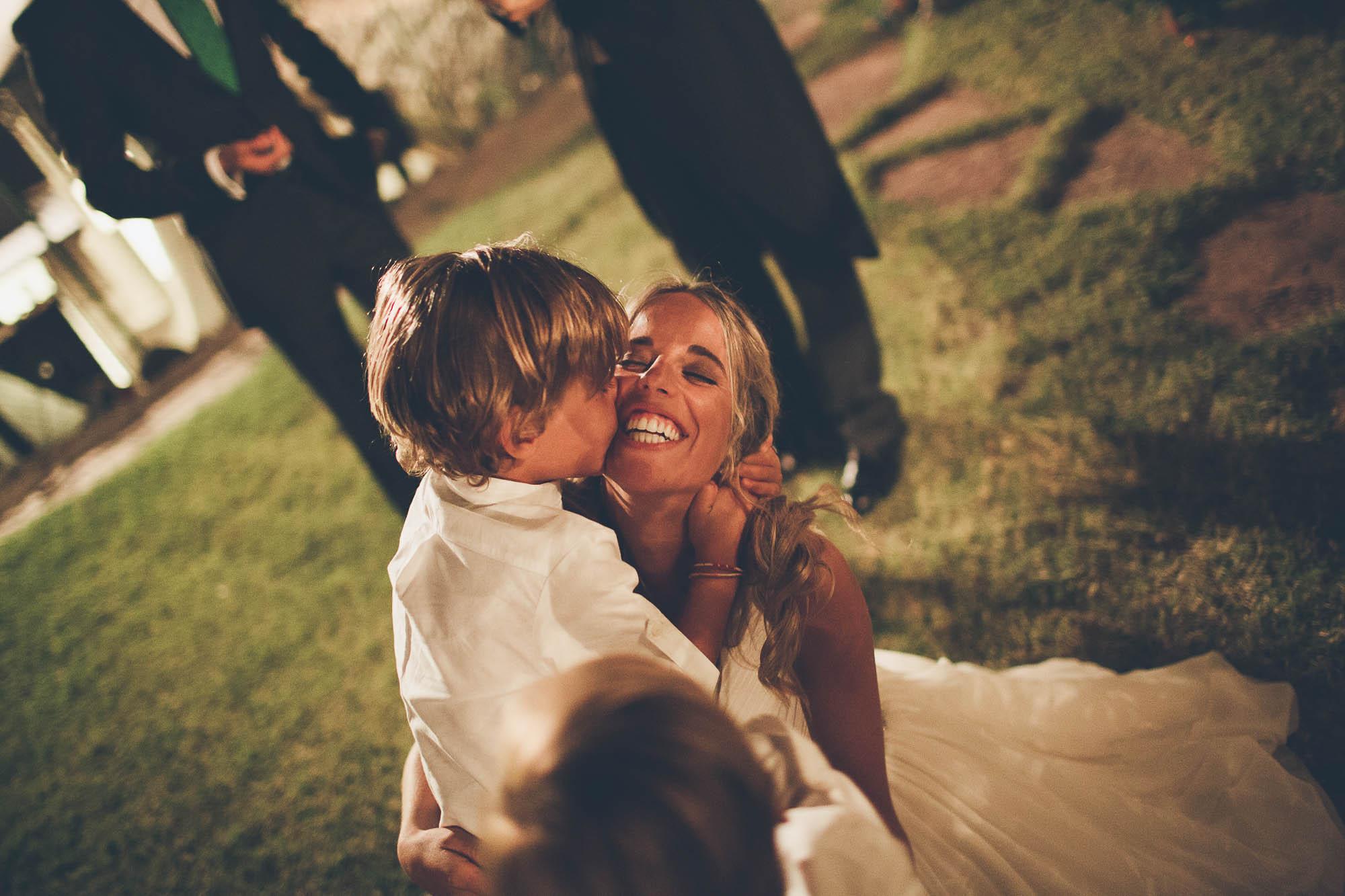 El Niño besa a la novia