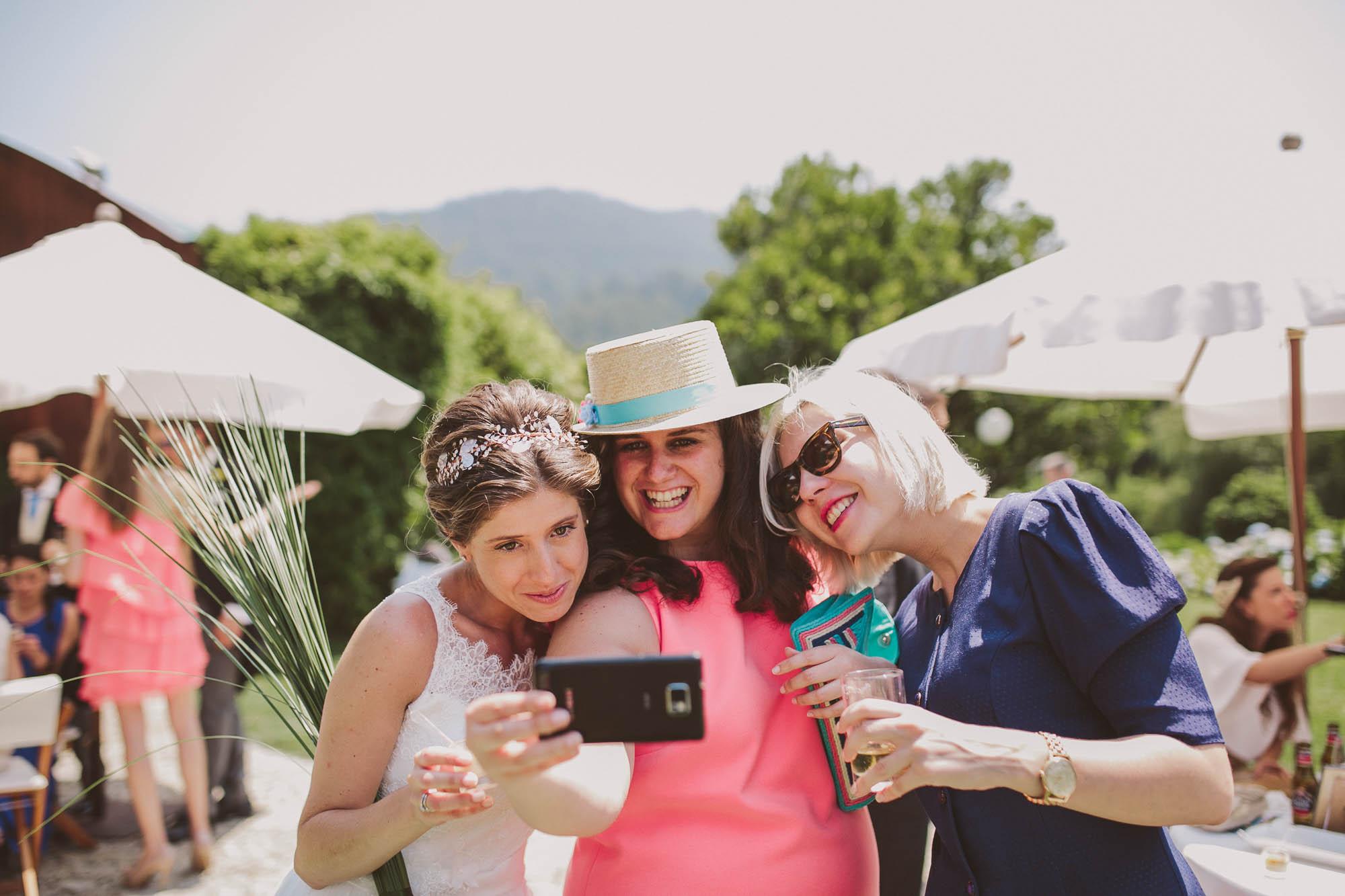 Las invitadas se hacen una foto durante el cóctel