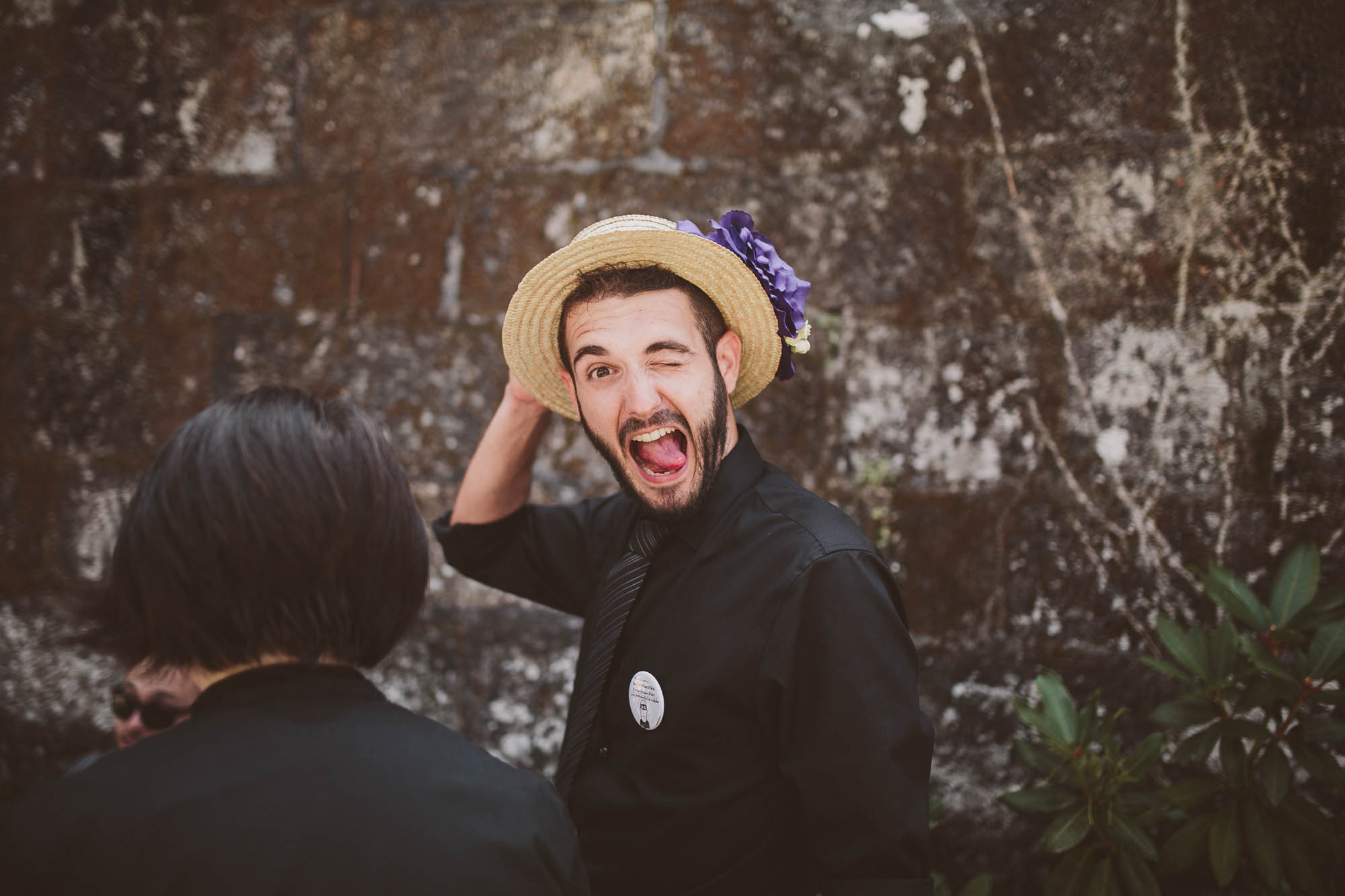 Un invitado saca la lengua a la cámara