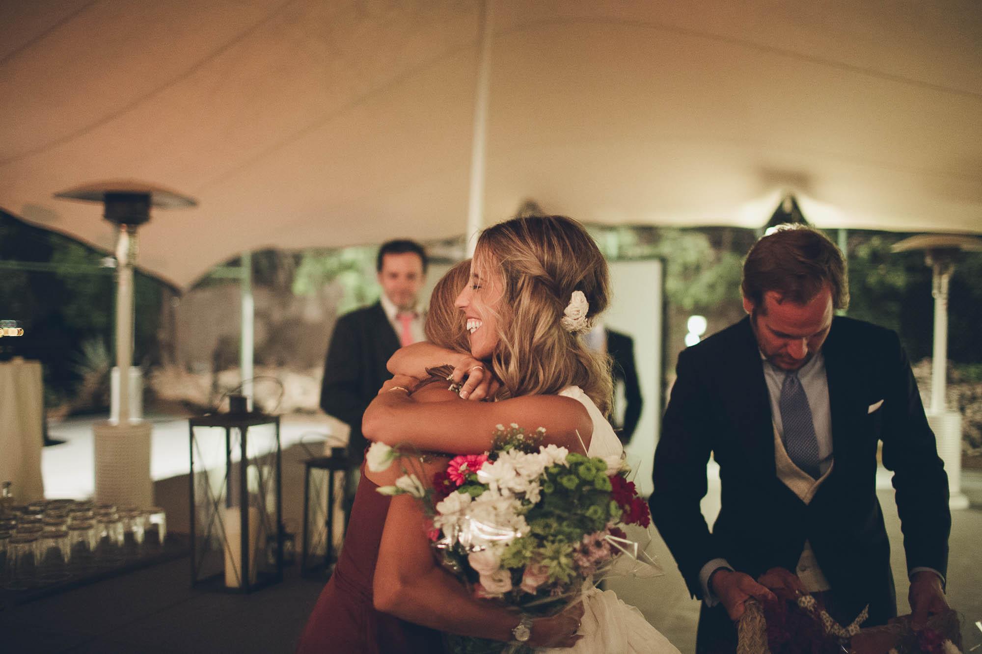 La novia abraza a una amiga