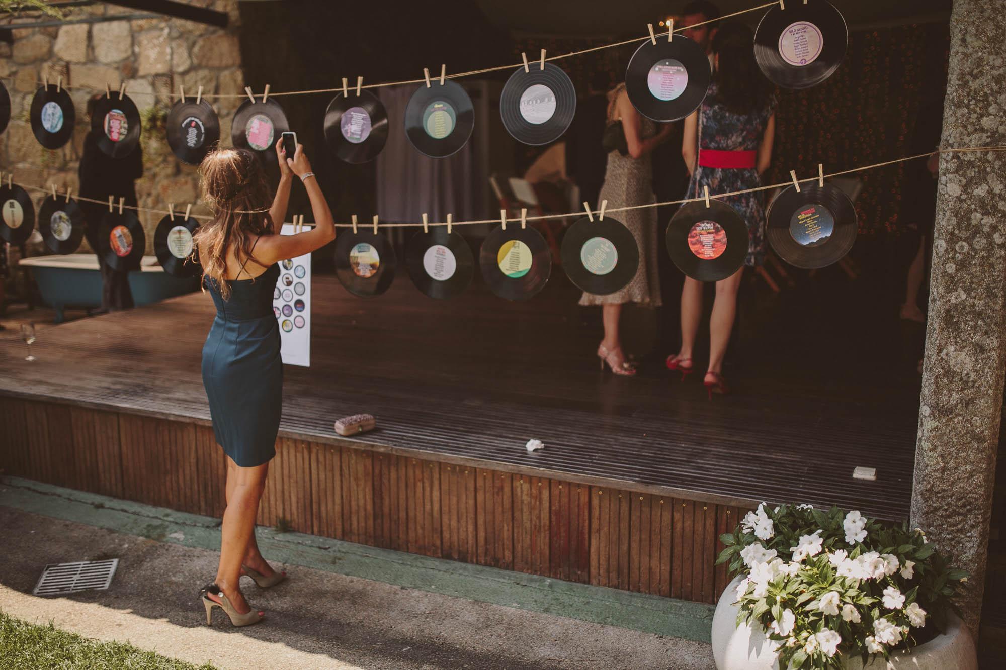 Una invitada fotografía los adornos de la boda