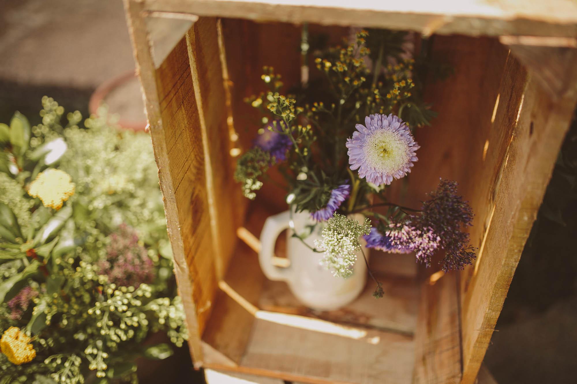 Detalle de adornos florales durante la boda