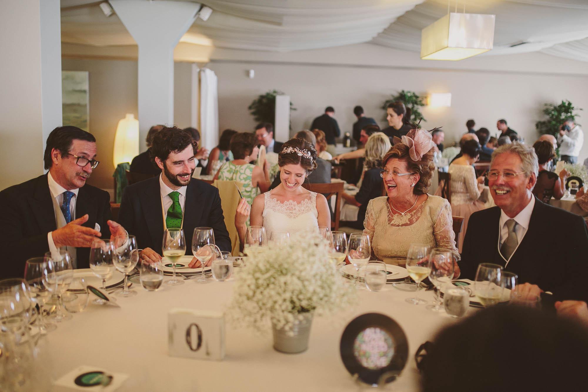Los novios y los padre en la mesa en el comedor