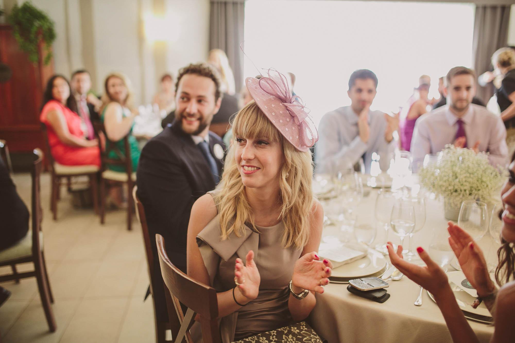 Una invitada aplaude a los novios durante la comida