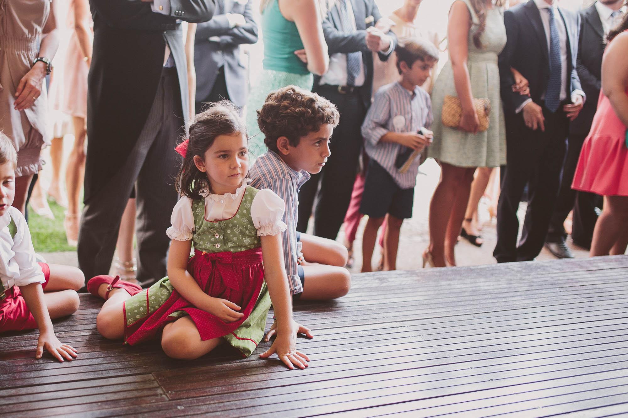 Los niños miran a los novios en el baile
