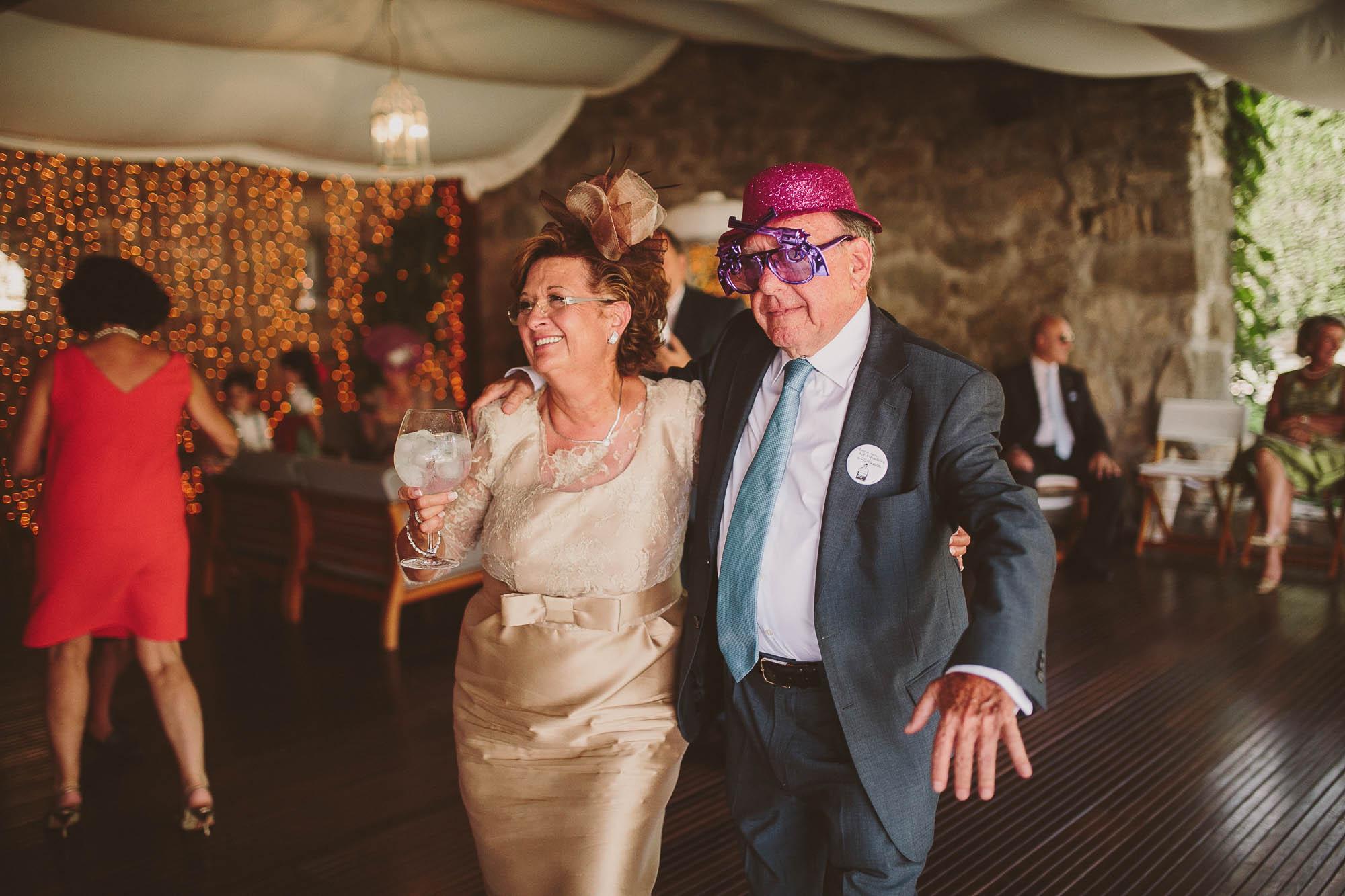 Los padre disfrazados se divierten durante la fiesta